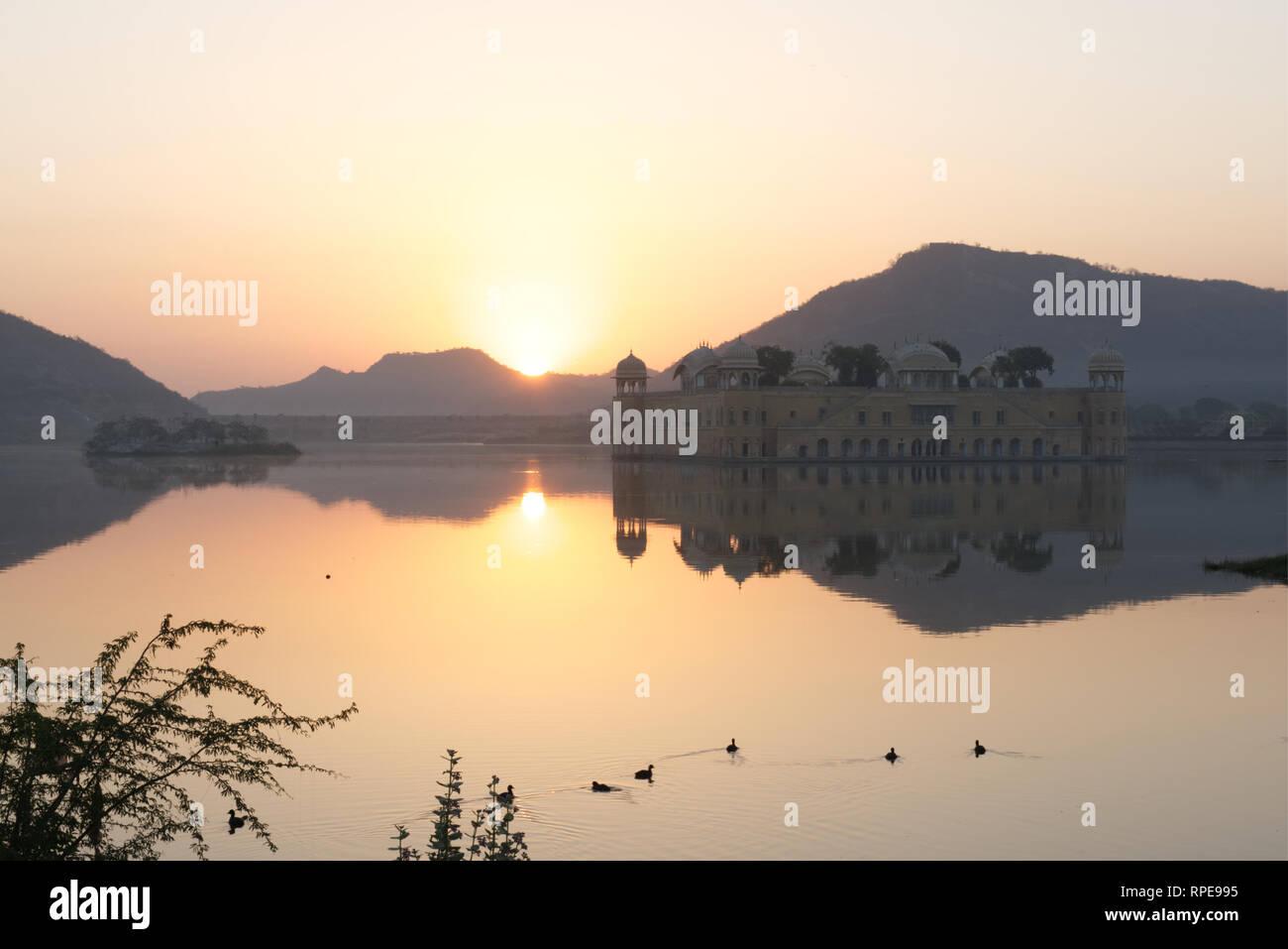 Sunrise fanno da sfondo alla Jal Mahal Palace. Una grande vetrina di architettura di Rajput stile riflette nell'uomo Sagar Lago. Immagini Stock