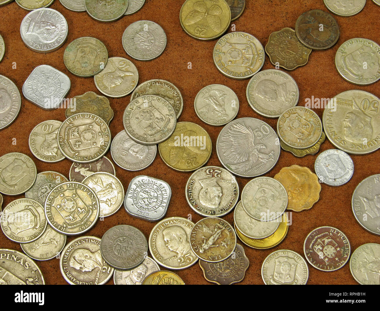 Una raccolta di vecchie monete delle Filippine. Immagini Stock