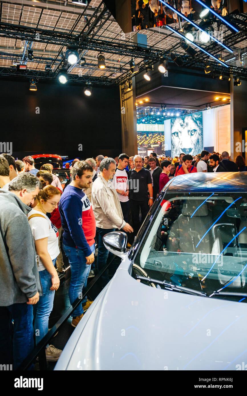 Parigi, Francia - Ott 4, 2018: curioso persone persone ammirando nuovo French Citroen DS 3 Crossback e-tesa auto elettrica mostra Mondial Motor Show di Parigi Immagini Stock
