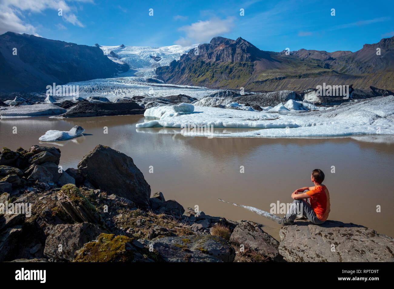 Persona accanto a Kviarjokull ghiacciaio e il Lago Moraine. Vatnajokull National Park, Sudhurland, sud est dell'Islanda. Foto Stock