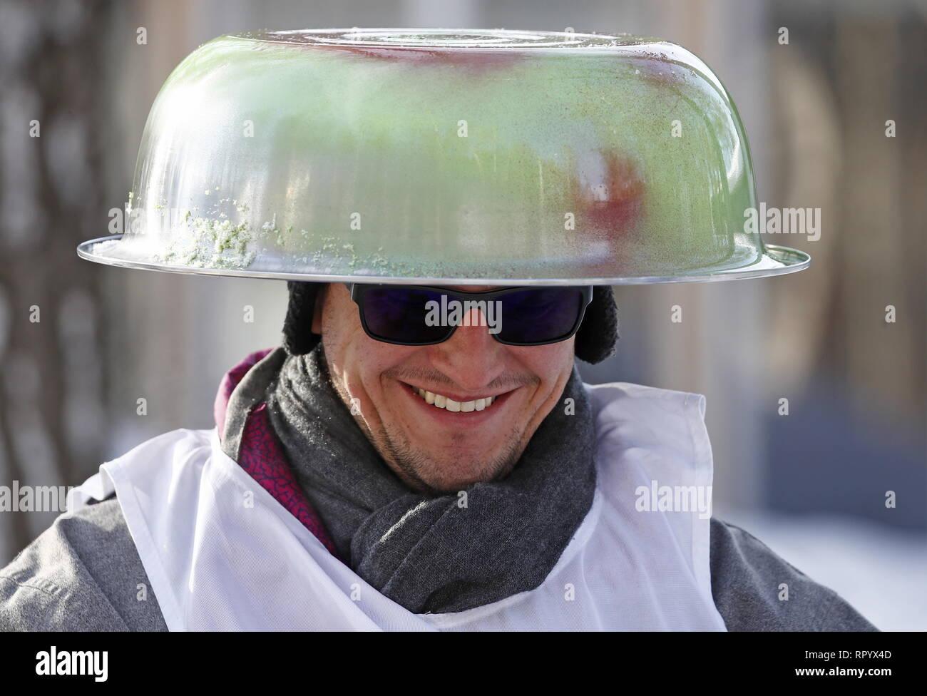 Mosca, Russia. Il 23 febbraio, 2019. Mosca, Russia - 23 febbraio 2019: Un partecipante nella battaglia Sani creative sledge festival di Mosca. Artyom Geodakyan/TASS Credito: ITAR-TASS News Agency/Alamy Live News Foto Stock
