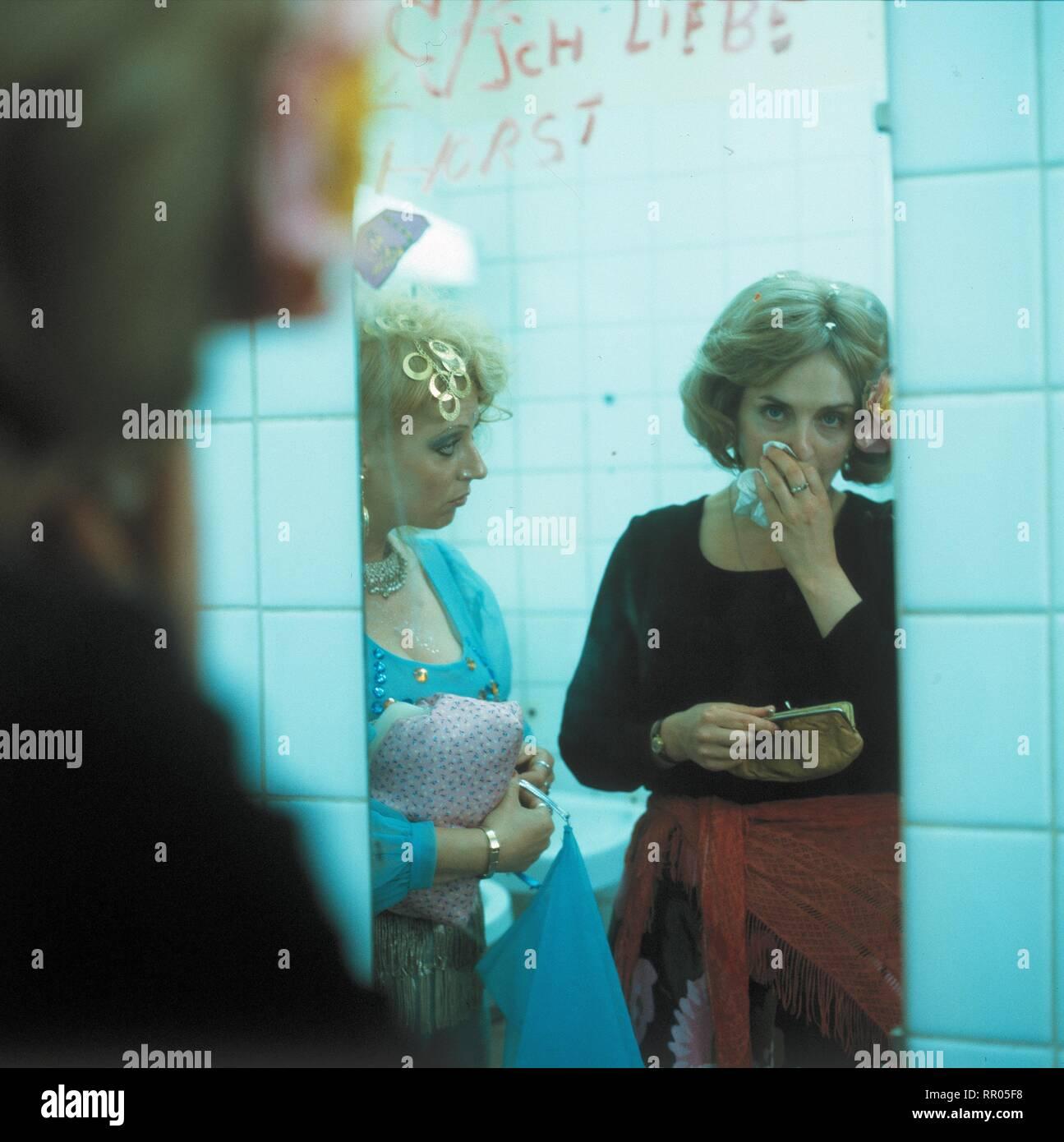 KEHRAUS / BRD 1983 / Hanns Christian Müller Szene mit VERONIKA FABER und GISELA SCHNEEBERGER. 32097# / Überschrift: KEHRAUS / BRD 1983 Immagini Stock