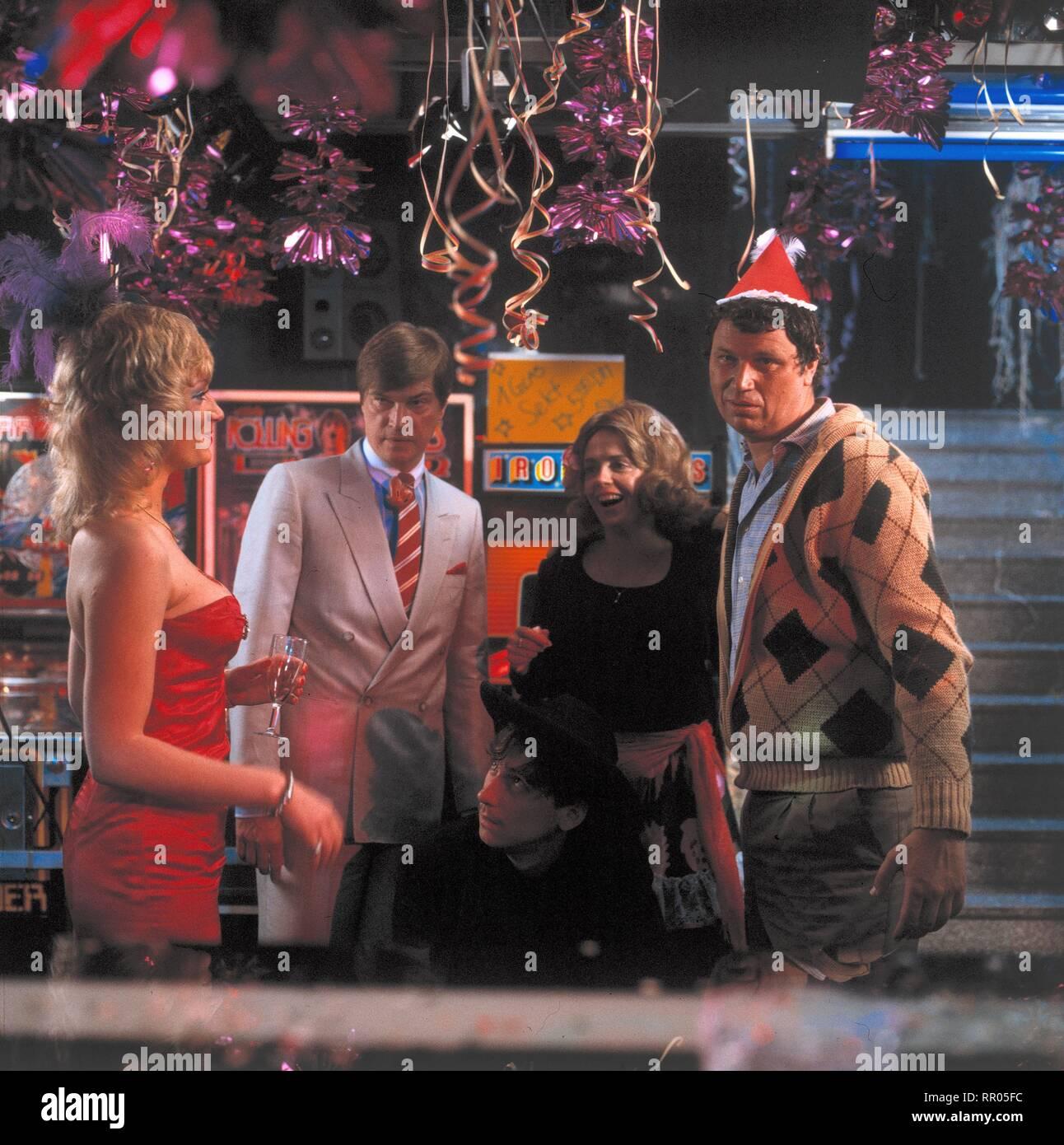 KEHRAUS / BRD 1983 / Hanns Christian Müller Szene mit JOCHEN BUSSE GISELA SCHNEEBERGER, GERHARD POLT. 32097# / Überschrift: KEHRAUS / BRD 1983 Immagini Stock
