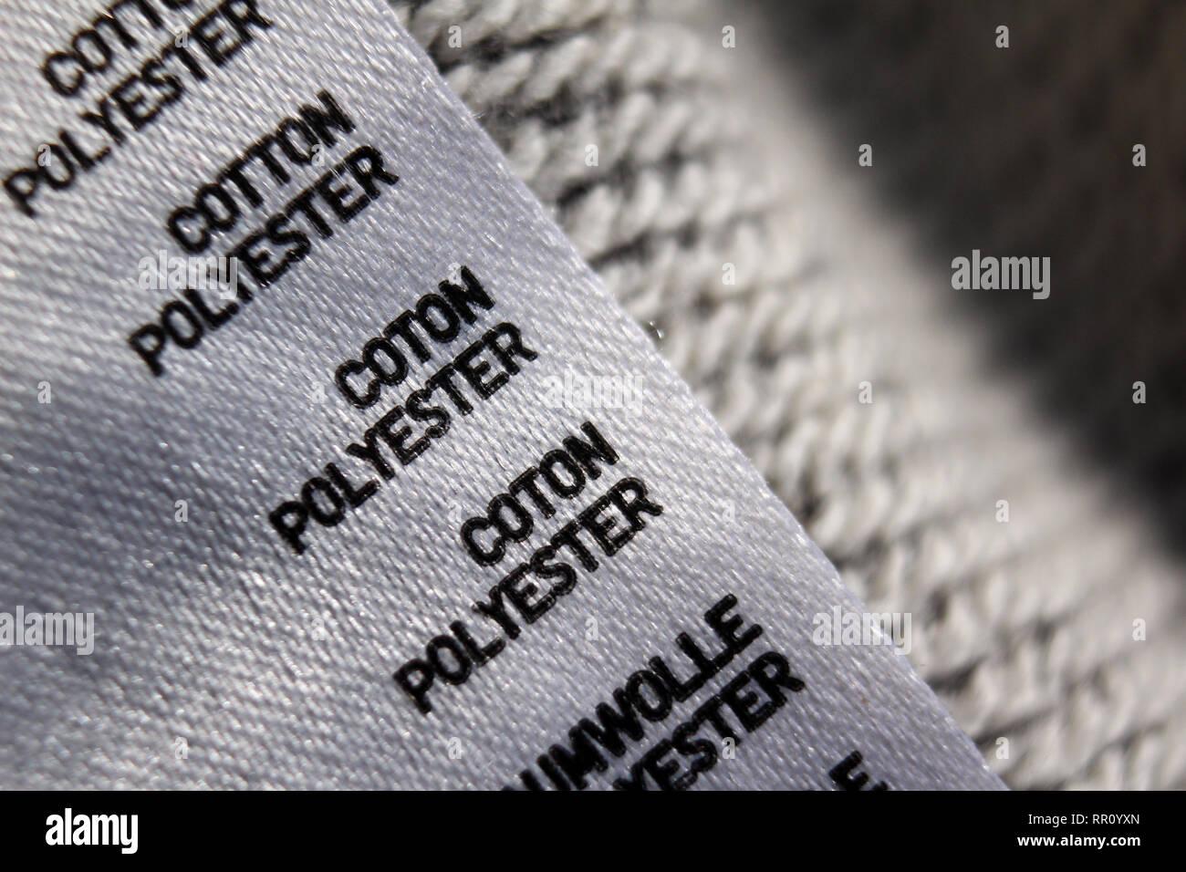 Il cotone Etichetta in poliestere in capi di abbigliamento di rivestimento che mostra il contenuto di tessuto Foto Stock