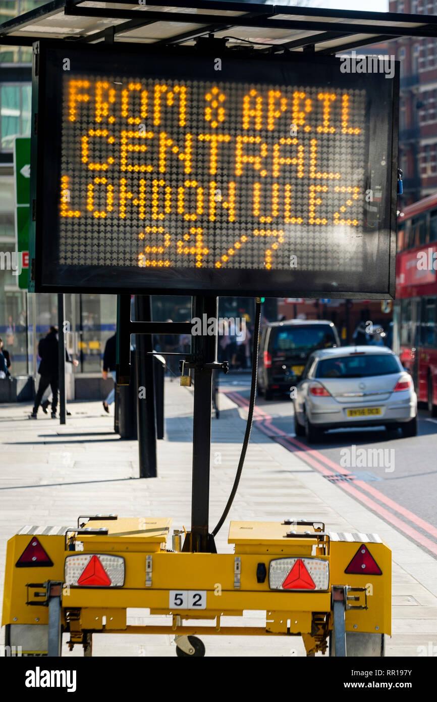 Segno di matrice presagio di driver dell'arrivo di Londra Centrale ultra bassa zona di emissione con effetto a decorrere dal 8 Aprile 2019 Immagini Stock
