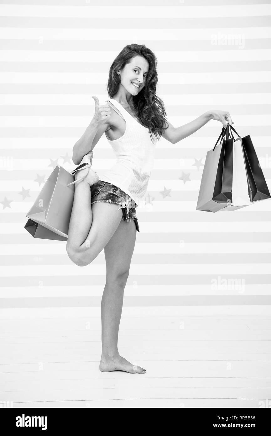 Felice ragazza mostra pollice in alto per lo shopping a beneficio. Felice ragazza con shopping bags. vendita vantaggio e offerte speciali. bella donna shopping. contentissimo donna con paperbag. Pianificare i vostri acquisti in anticipo. Immagini Stock