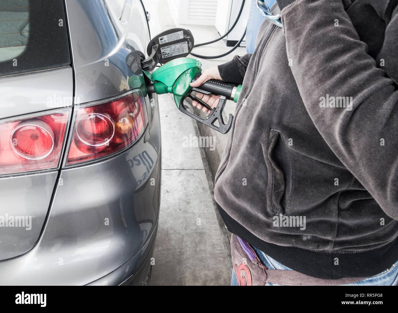 La donna il riempimento di auto a benzina, diesel, alla stazione di benzina. Immagini Stock