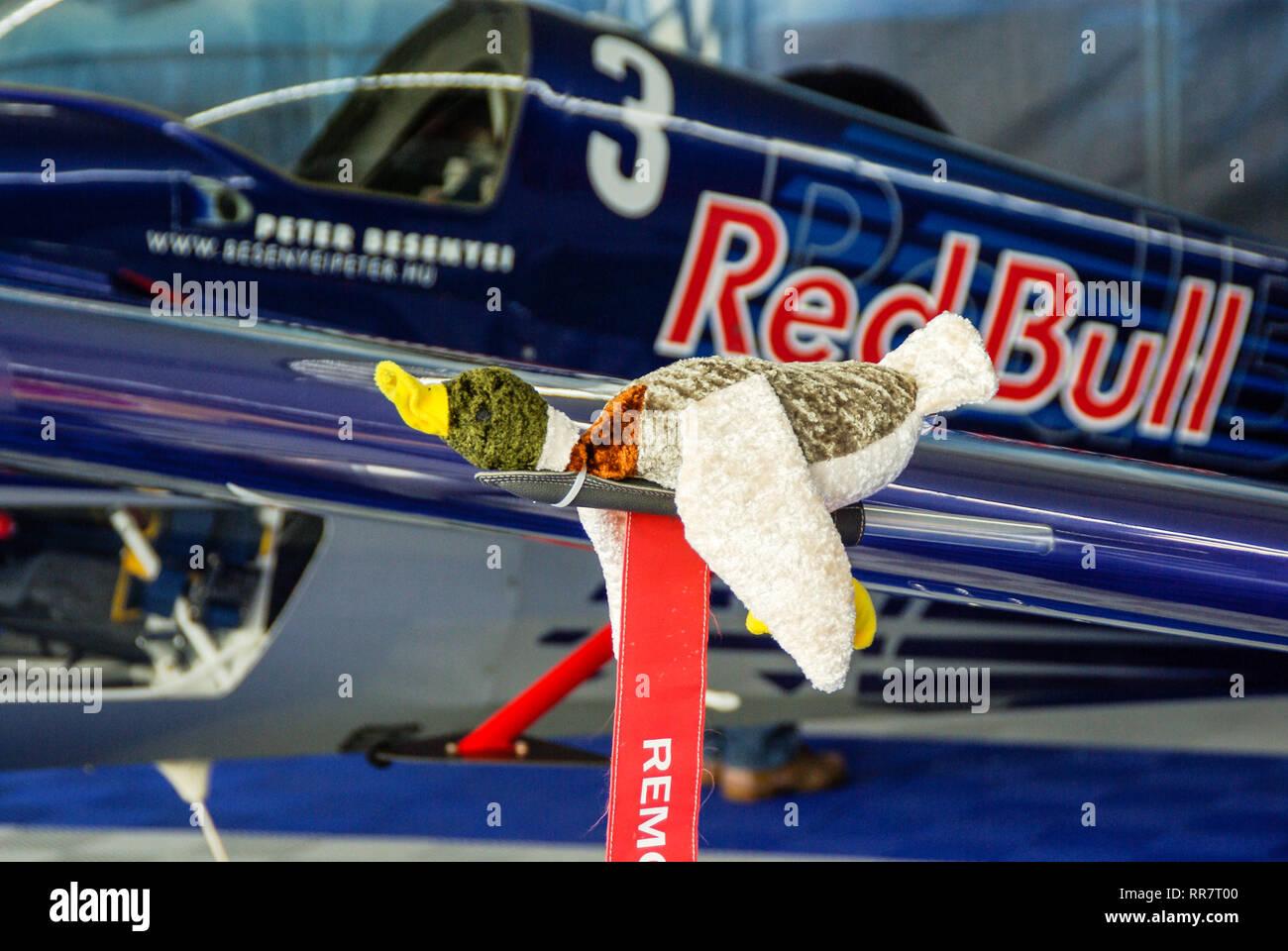 Red Bull Air Race piano di Peter Besenyei con anatra umoristico pitot coperchio testata Immagini Stock