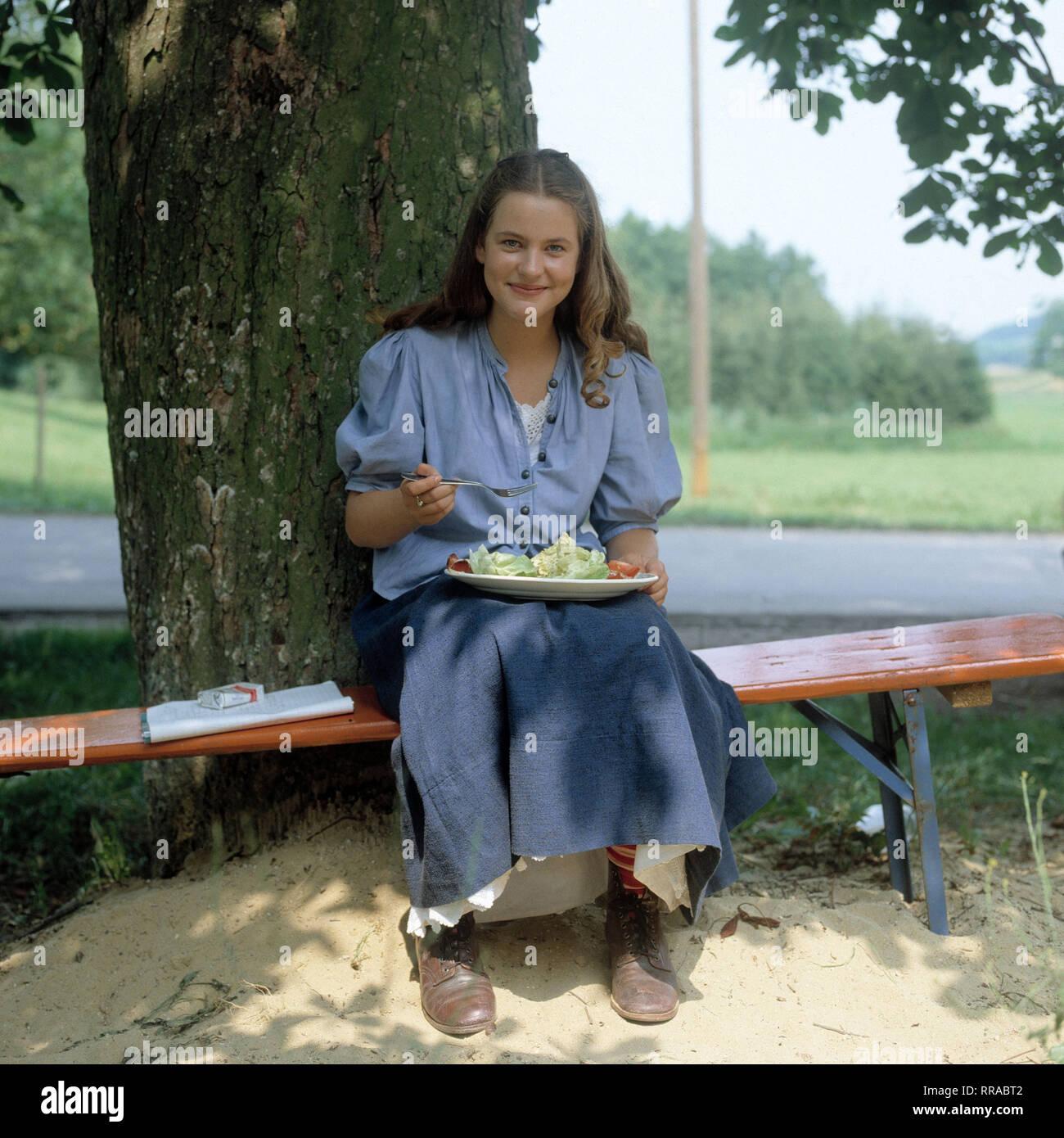 DER TROTZKOPF / BRD 1983 / Helmut Ashley / Hauptdarstellerin ANJA SCHÜTE während einer Drehpause. EM / Schüte / Überschrift: DER TROTZKOPF / BRD 1983 Immagini Stock