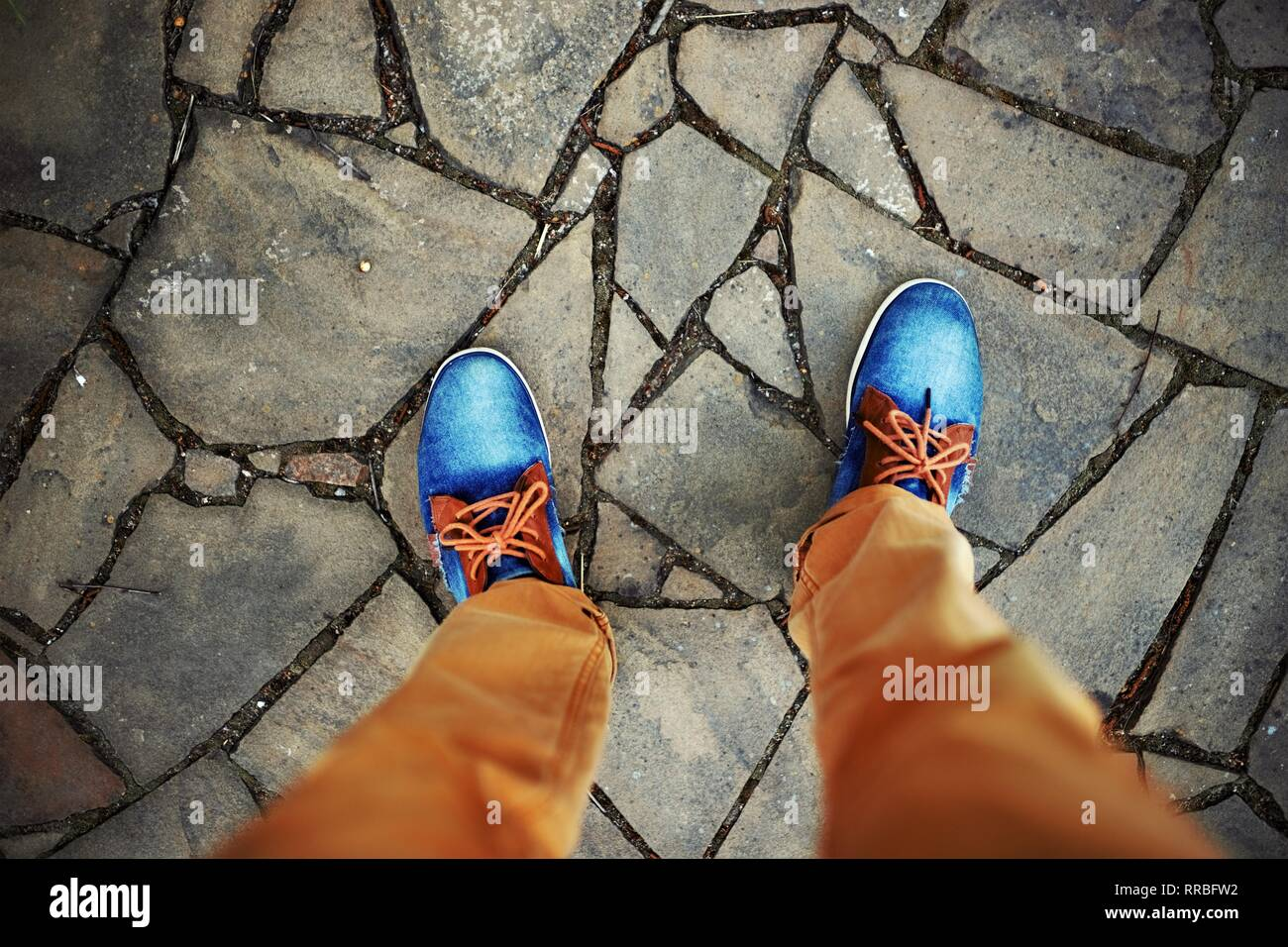 Uomini in piedi in jeans e scarpe da ginnastica rusty i jeans sono