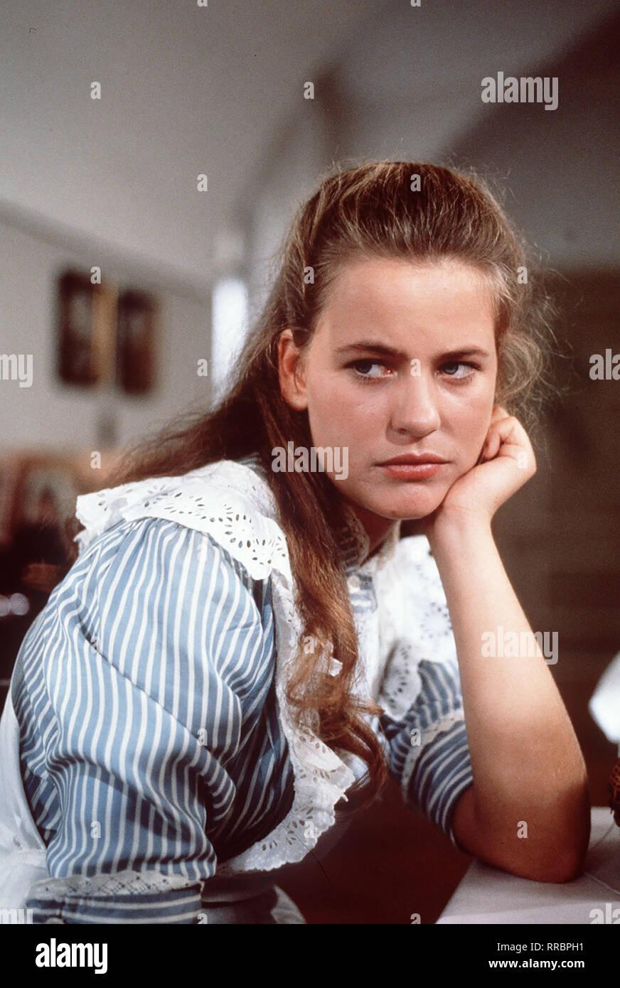 """1 Folge Die 16jährige Ilse (ANJA SCHÜTE)""""führt auf dem Land ein unbeschwertes Leben. Als sie ins Ospiti int soll, bricht für Sie eine Welt zusammen... aka. -1 / Überschrift: DER TROTZKOPF / BRD 1983 Immagini Stock"""