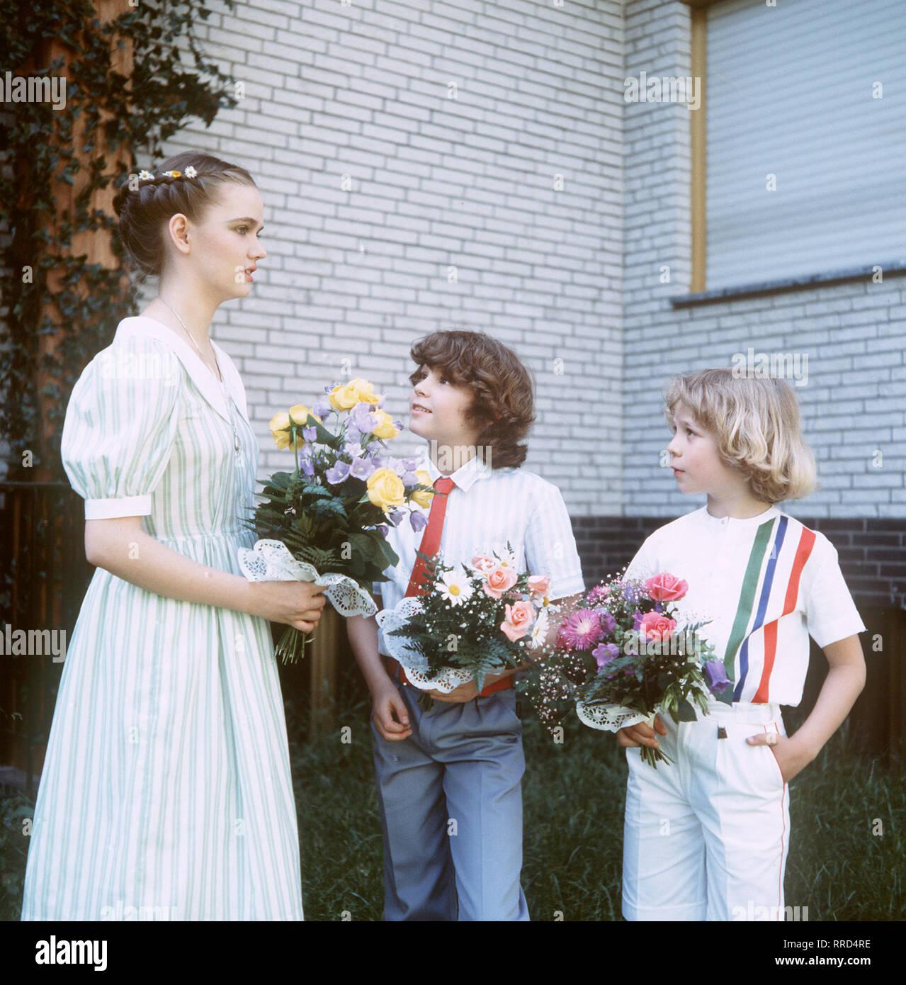 ICH HEIRATE EINE FAMILIE / Folge: 1+1=5 / D 1983 / Werner Schumann und Angelika Graf heiraten. / Foto: Angelikas drei Kinder - vlnr.: Tanja (JULIA BIEDERMANN), Markus (TIMMO NIESER) und Tom (TAREK HELMY) - bei der Hochzeitsfeier. / EM / / Überschrift: ICH HEIRATE EINE FAMILIE / BRD 1983 Immagini Stock
