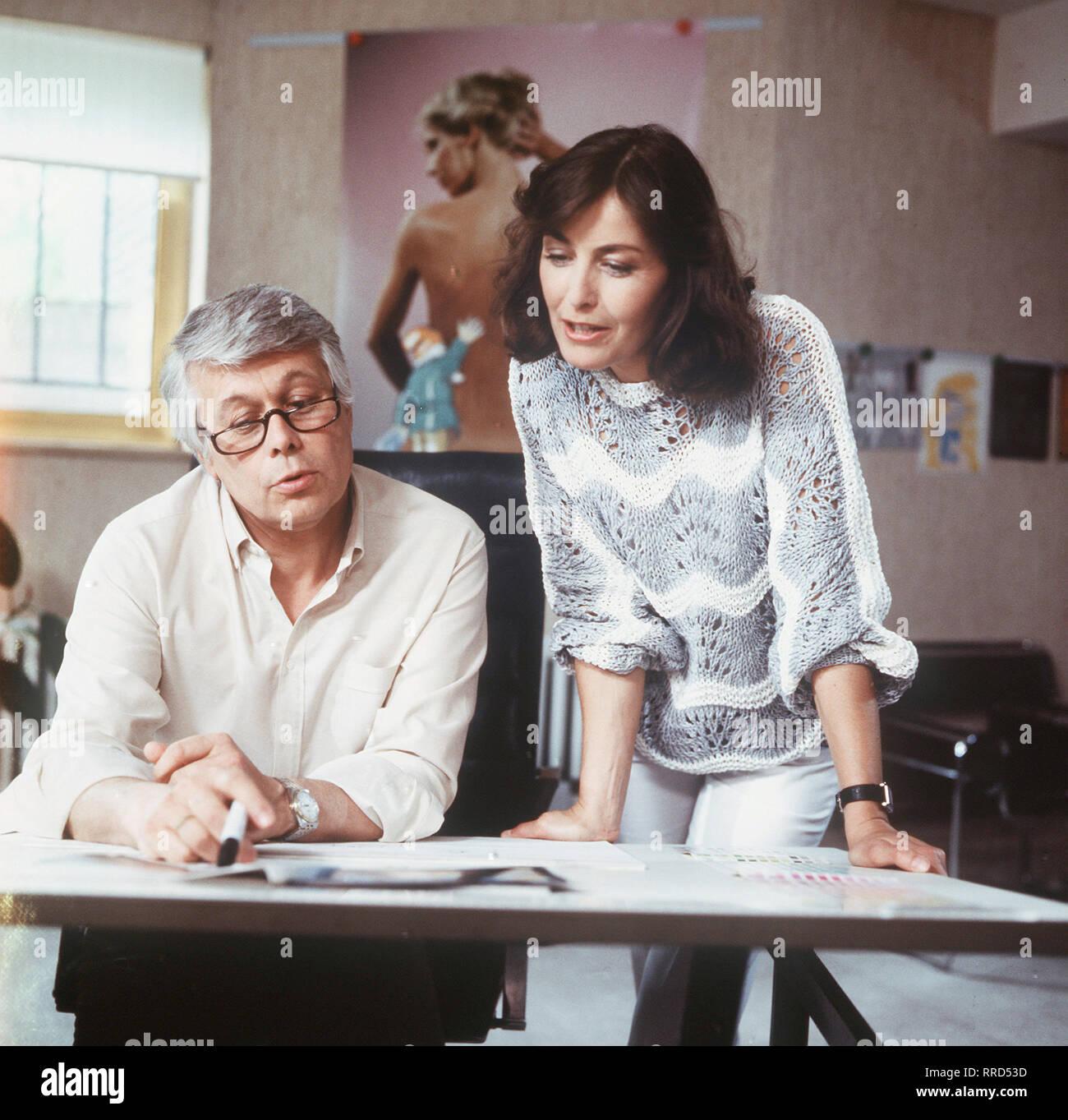 ICH HEIRATE EINE FAMILIE / Folge: 1+1=5 / D 1983 / Der alleinstehende Werbegrafiker Werner Schumann (PETER WECK) und die geschiedene Mutter von drei Kindern, Angelika Graf (THEKLA CAROLA WIED), tun sich zusammen ... / EM / / Überschrift: ICH HEIRATE EINE FAMILIE / BRD 1983 Immagini Stock