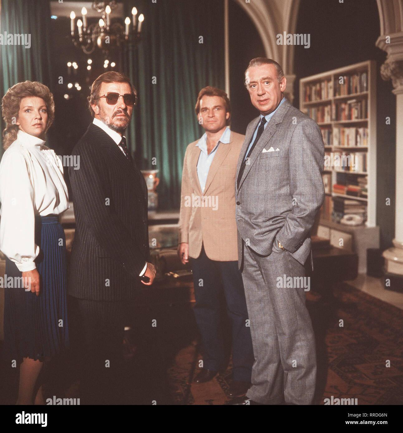 DERRICK / Geheimnisse einer Nacht / D 1983 - Alfred Vohrer / il dottor Vrings wurde erschossen. Ein Mord aus Eifersucht? / Bild: Martina Vrings (GILA VON WEITERSHAUSEN), Gustav Vrings (HEINZ BENNENT), Inspektor Klein (FRITZ WEPPER), Oberinspektor Derrick (HORST TAPPERT) / 29597 / , 22DFAderrick3 / Überschrift: DERRICK / BRD 1983 Immagini Stock