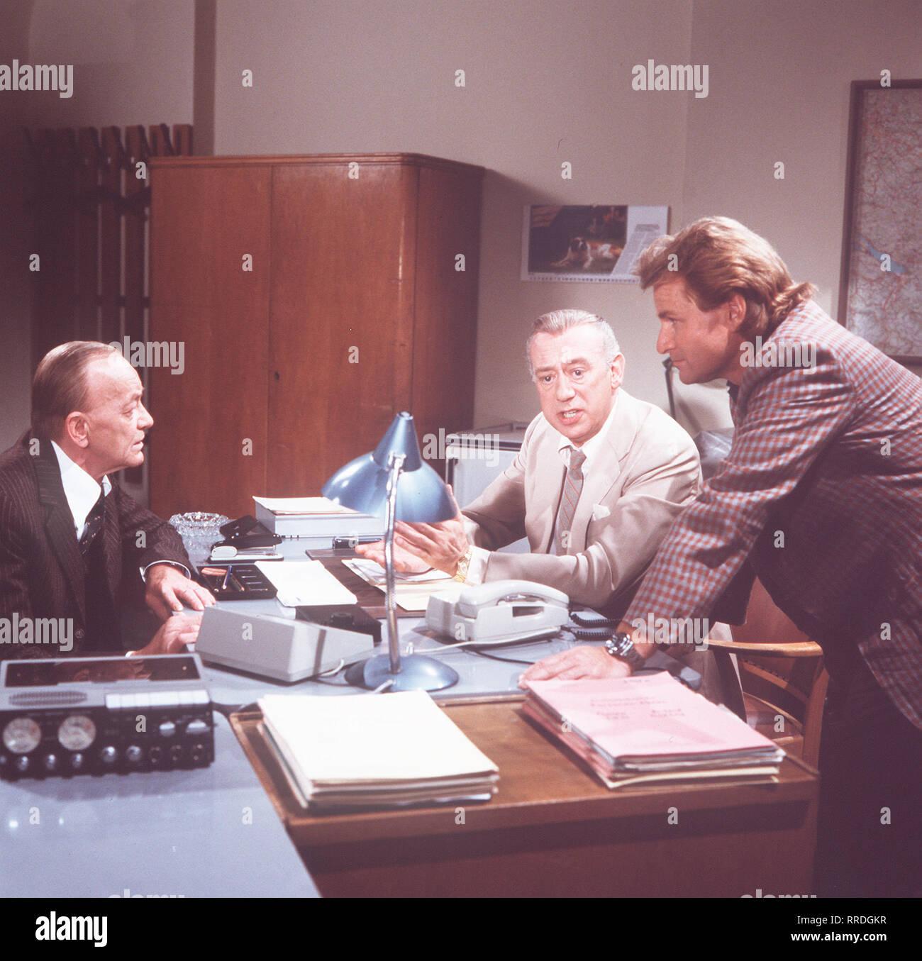 DERRICK / Lohmanns viscerale Frieden / Vor 15 Jahren wurde Alexander Lohmann wegen Mordes un einem Juwelier verurteilt, nun wird er entlassen. Es gab Zweifel un circuizione Schuld. / Szene: Herr Obermann (HANNES MESSEMER), Derrick (HORST TAPPERT), Assistent Klein (FRITZ WEPPER). / / 29993 , 26DFAderric3 / Überschrift: DERRICK / BRD 1983 Immagini Stock