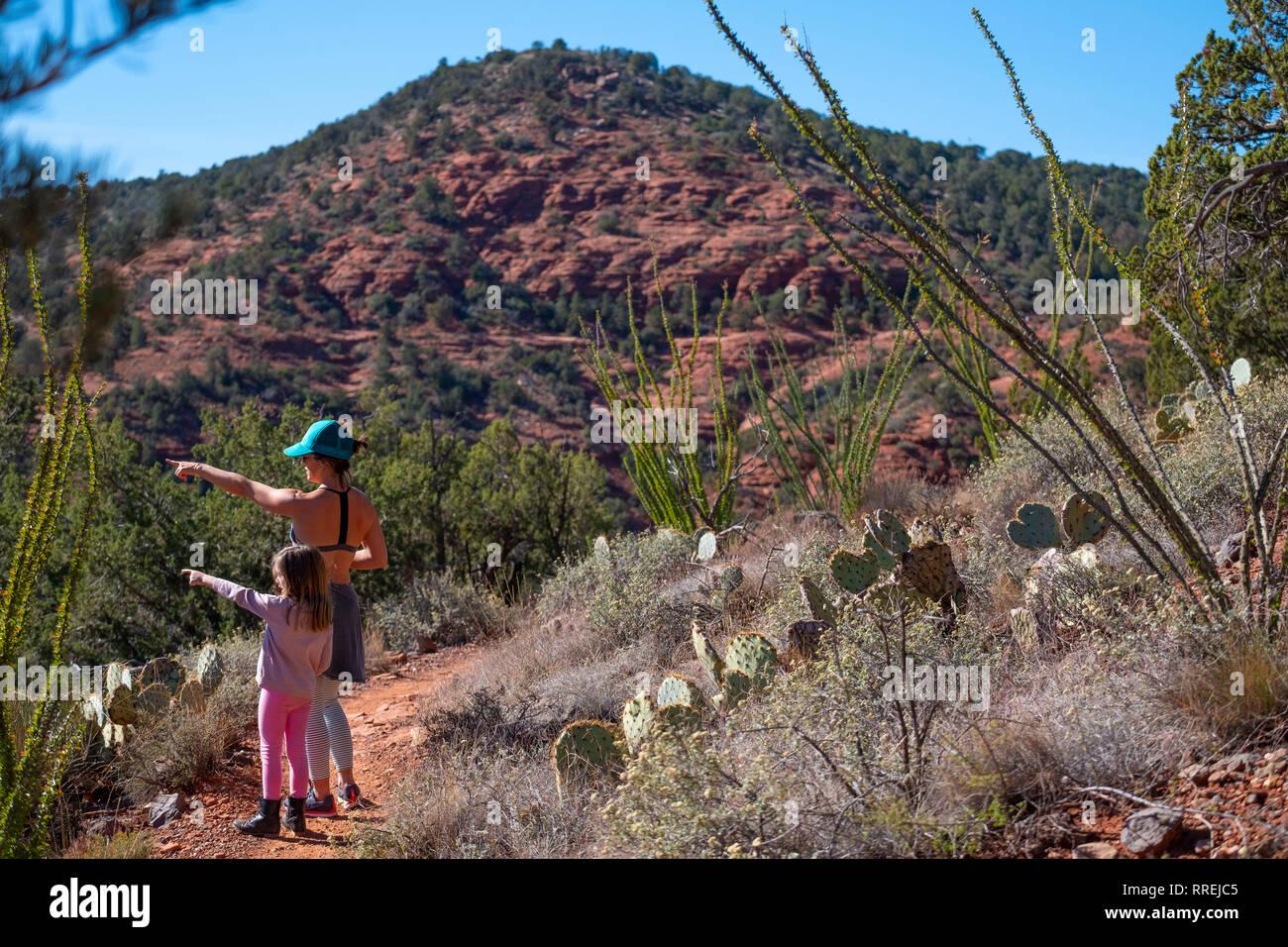 Madre e figlia su una escursione a Sedona in Arizona Immagini Stock