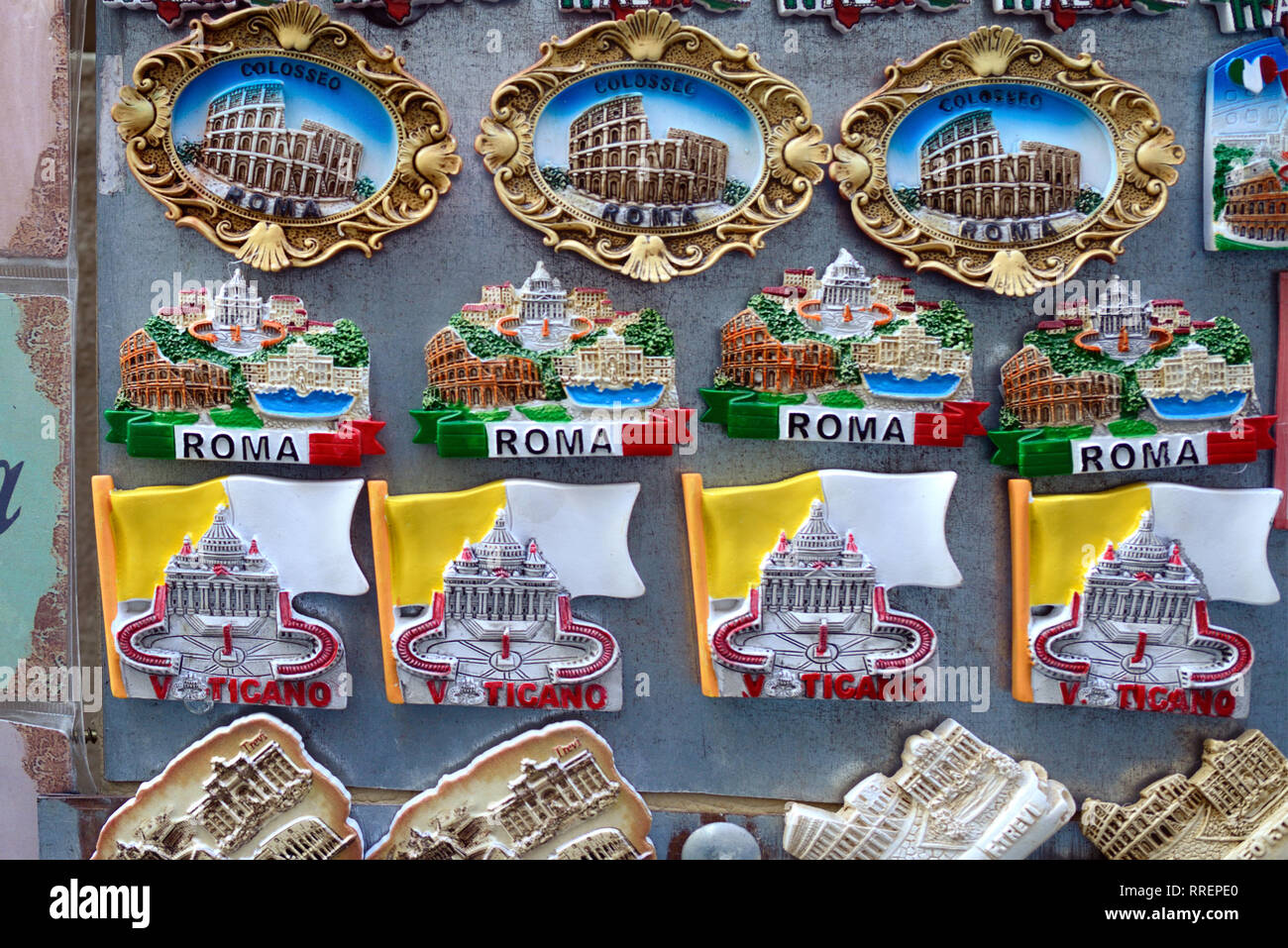 Souvenir magneti per il frigo di monumenti di epoca romana tra cui il Colosseo e Piazza San Pietro e la Basilica in vendita nel negozio di articoli da regalo a Roma Italia Immagini Stock