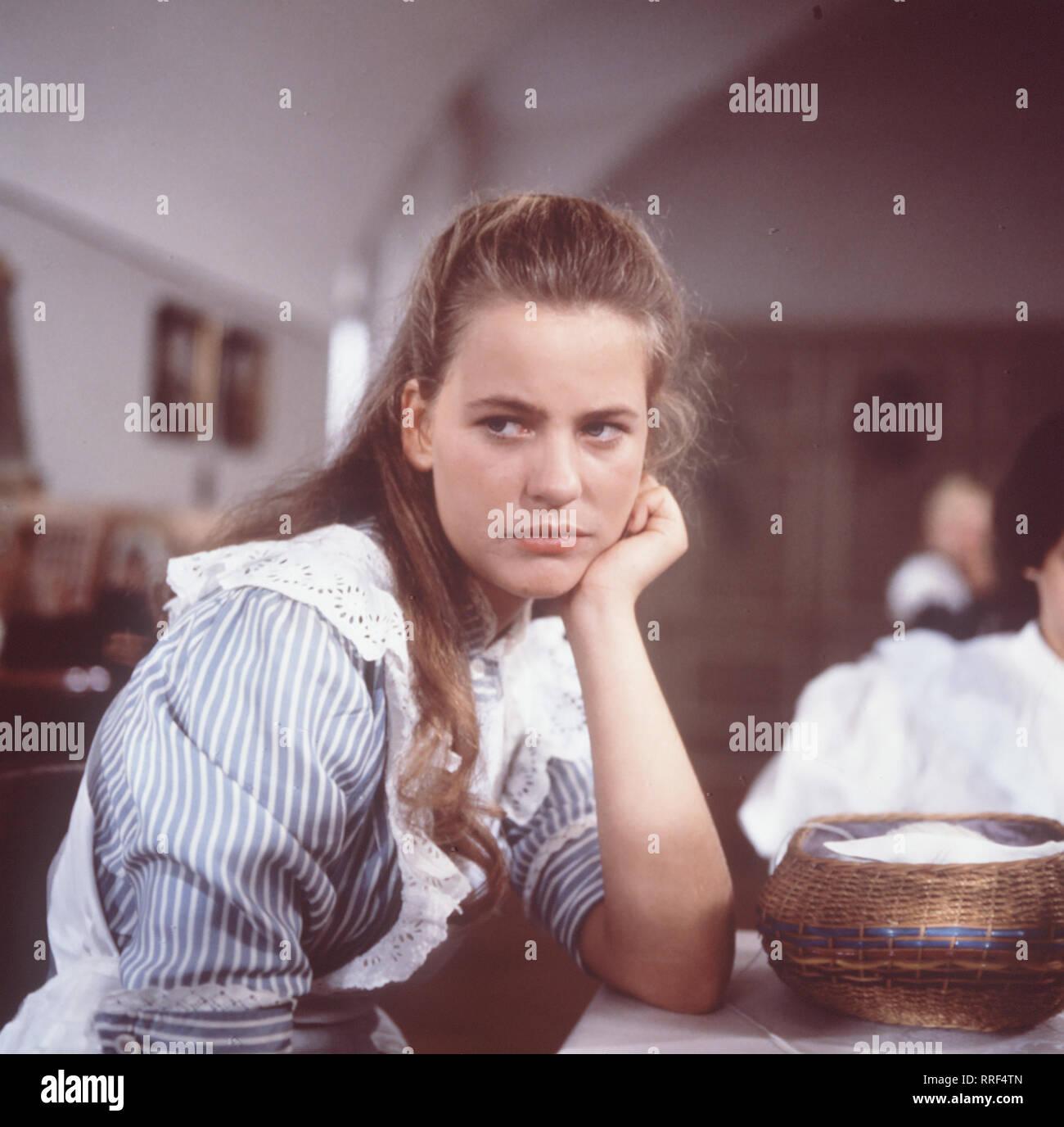 DER Folge TROTZKOPF: Das Gespenst Ilse (ANJA SCHÜTE) kann sich nicht un das Ospiti int gewöhnen und riskiert mit nächtlichen Streichen ihren Hinauswurf ... aka. Das Gespenst 3 / Überschrift: DER TROTZKOPF / BRD 1983 Immagini Stock