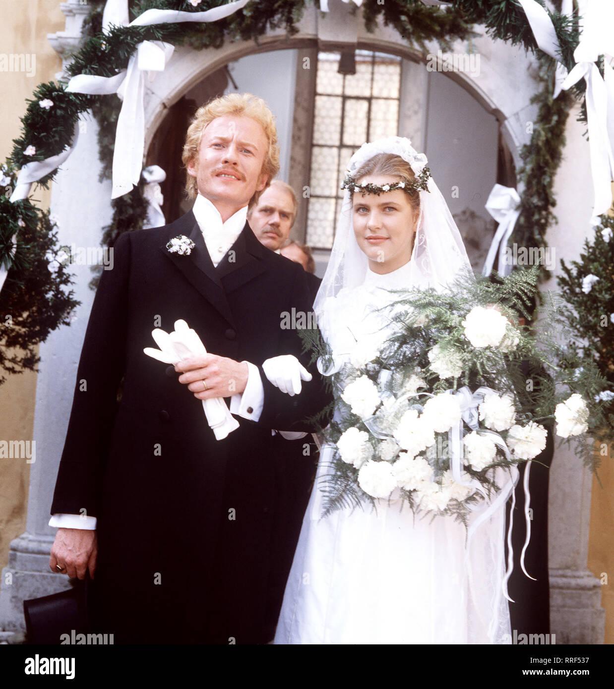 DER Folge TROTZKOPF: Hochzeit Ilse (ANJA SCHÜTE) ist zu Leo (RAINER GOERNE-MANN) zurückgekehrt. Così kommt es doch zu einem glücklichen Ende für die zwei... aka. Hochzeit 8 / Überschrift: DER TROTZKOPF / BRD 1983 Immagini Stock