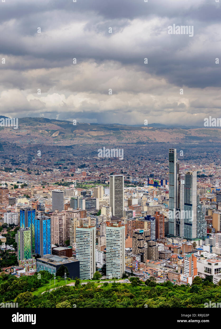 Edifici alti visto da Mount Monserrate, Bogotà, Distretto Capitale, Colombia, Sud America Foto Stock