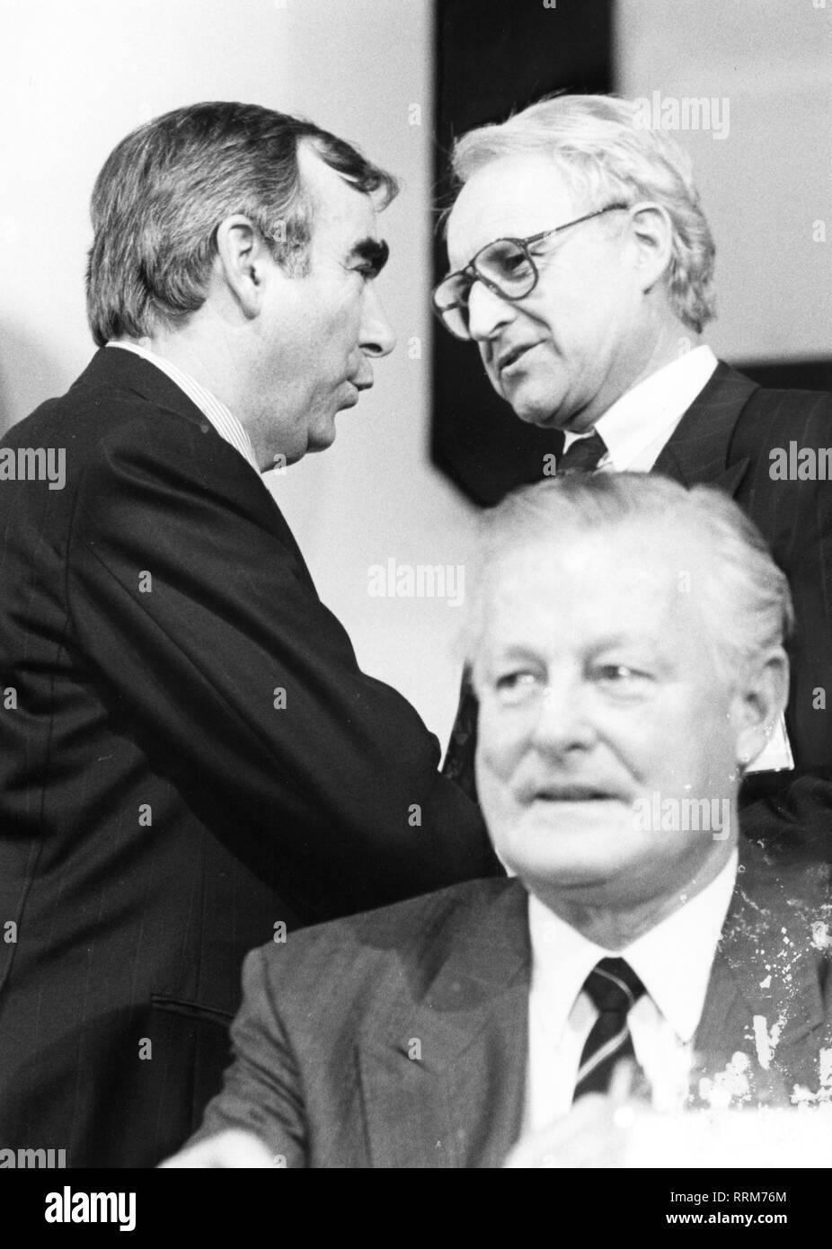 """Waigel, """"Theo"""", * 22.4.1939, uomo politico tedesco (cristiana unione sociale), il ministro federale delle finanze, 21.4.1989 - 26.10.1998, mezza lunghezza, con Edmund Stoiber e Max Streibl, 1992, Additional-Rights-Clearance-Info-Not-Available Immagini Stock"""