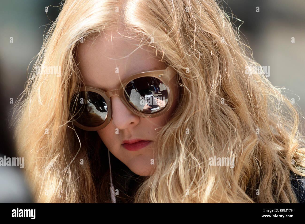 Stati Uniti d'America, America, New York Manhattan, il Luogo di Astor, ragazza con occhiali da sole guardando i phone Immagini Stock