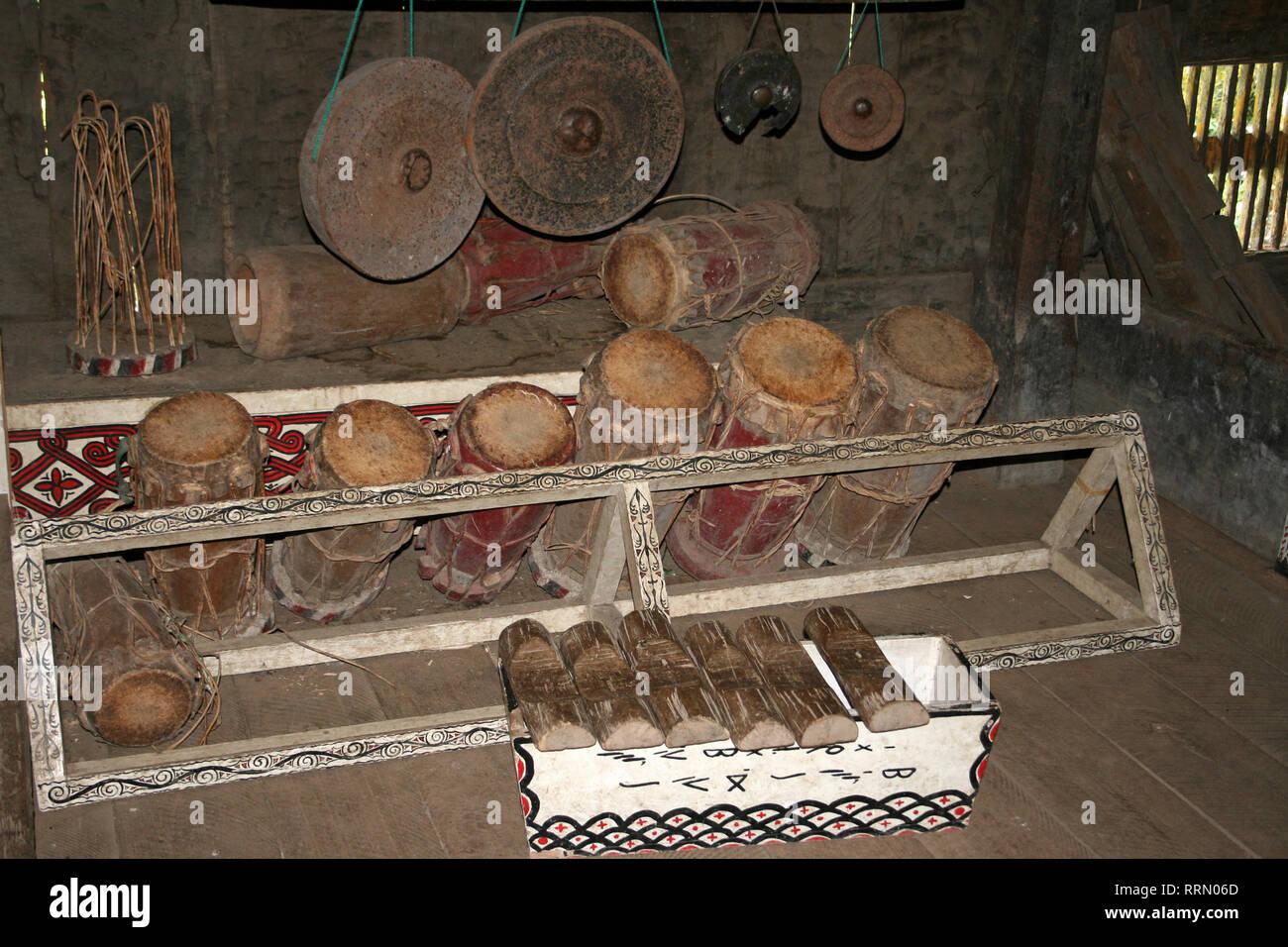 Strumenti musicali tra cui gambang (xilofono), tamburi e gong, nel palazzo del re Simalungun a Pematang Purba, Sumatra Immagini Stock