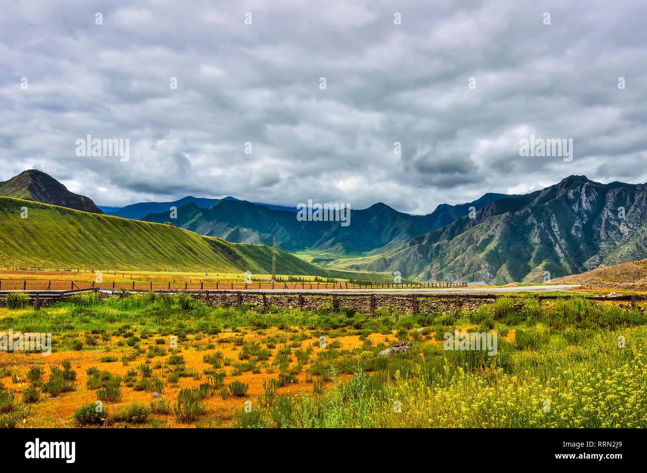 Recinzioni Per Case Di Montagna nuvoloso estate paesaggio di montagna con pavimenti in legno