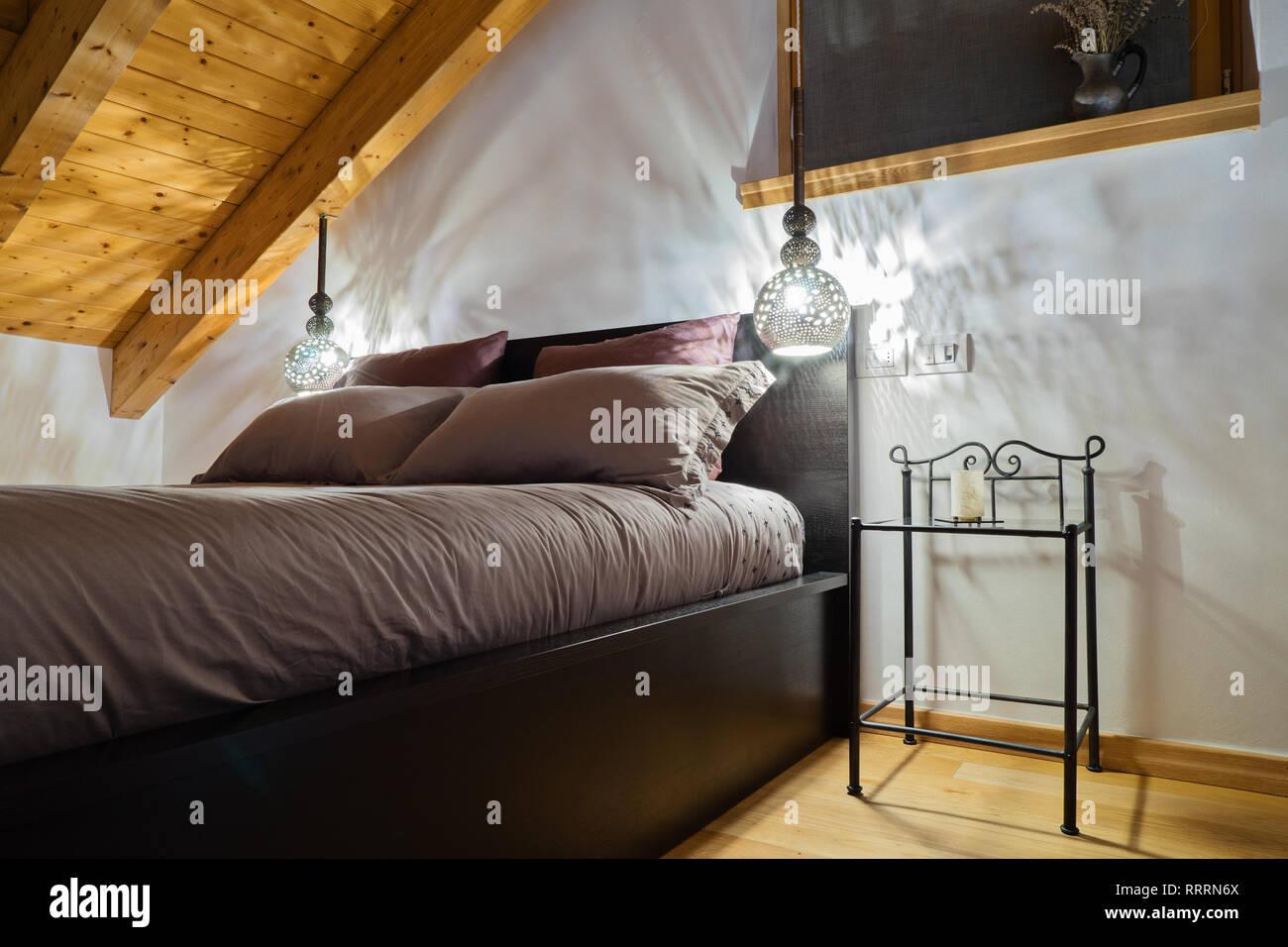Mansarda accogliente camera da letto in stile rustico con ...