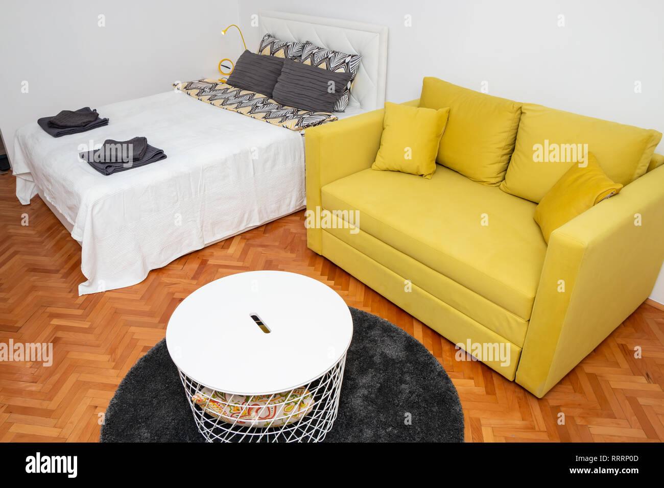Divano Letto Camera Da Letto.Hotel Moderno Interiore Camera Da Letto Con Due Giallo Sedile