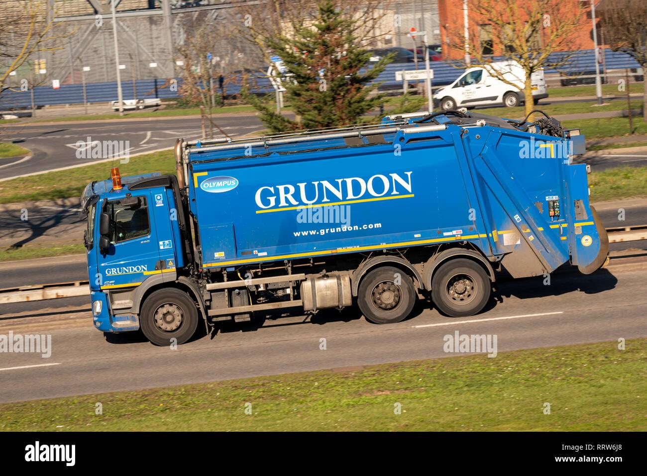 Grundon camion della spazzatura, rifiutare il camion di guida su strada. Rifiuti Grundon Management Ltd blue Dennis Eagle con Olympus corpo veicolo autocarro bin Immagini Stock