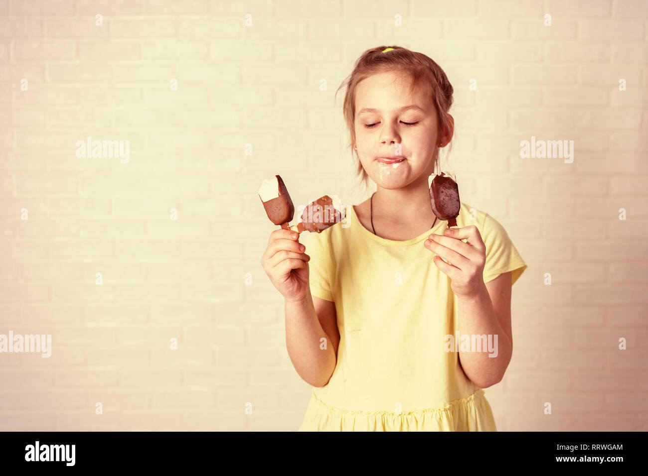 Felice bambina mangiare ghiaccioli al tempo estivo, spazio di copia Foto Stock
