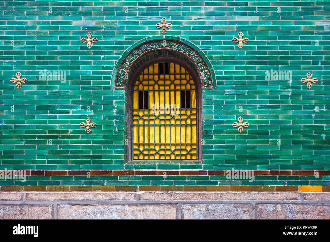 Piastrelle con telaio : Giallo cinese tradizionale finestra con telaio in metallo e verde