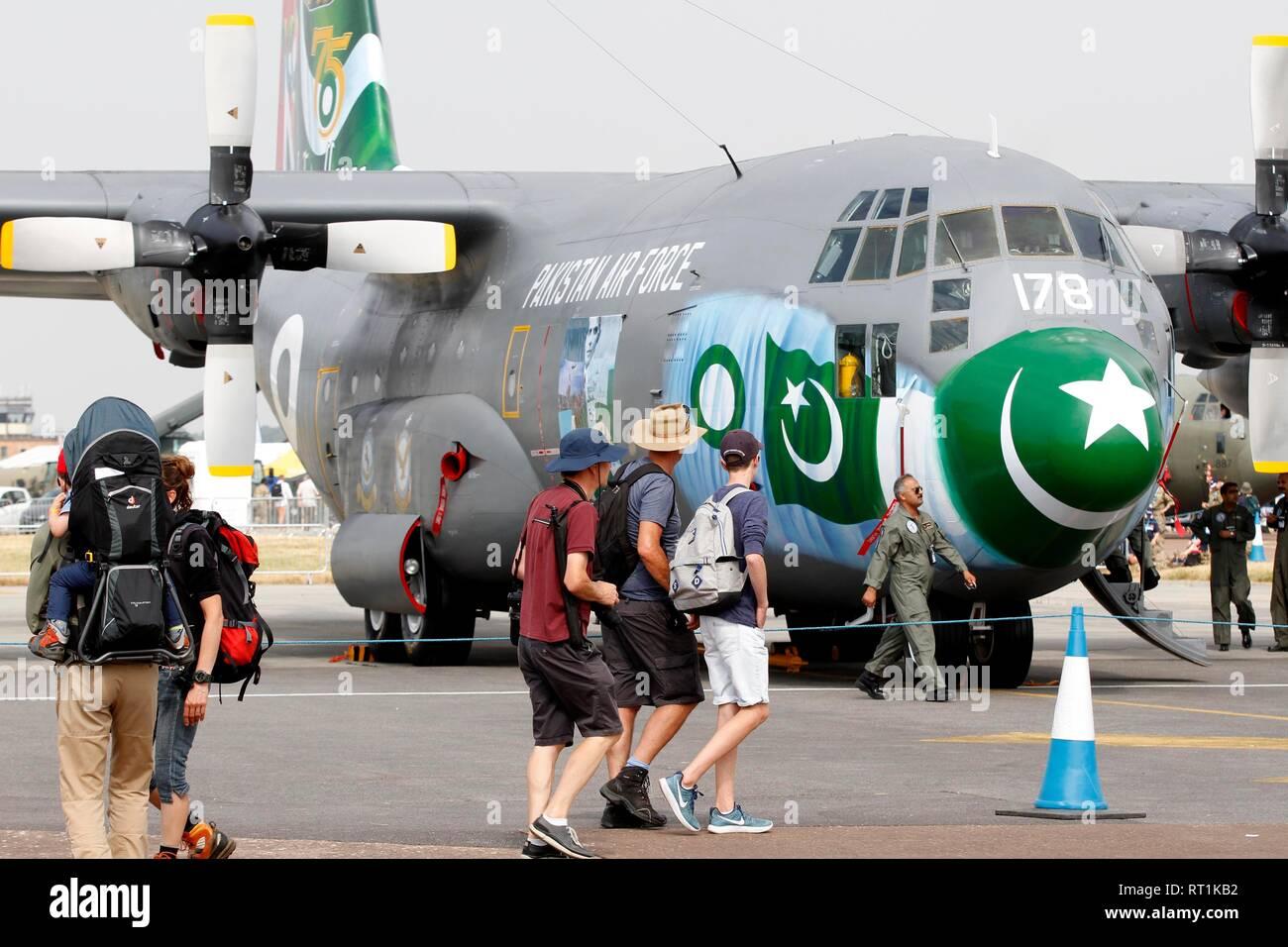 La colorata C130 piano dei pakistani Air Force in mostra. Immagini Stock