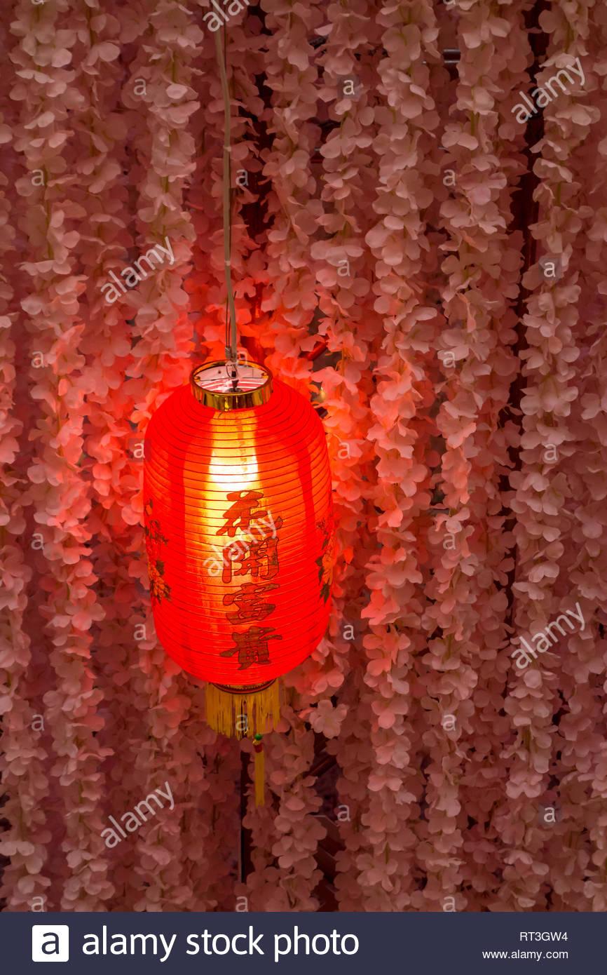 Rosso cinese e lanterne pensili ghirlanda di fiori ritagli di carta per celebrare il nuovo anno lunare cinese a Toronto Ontario Canada Immagini Stock