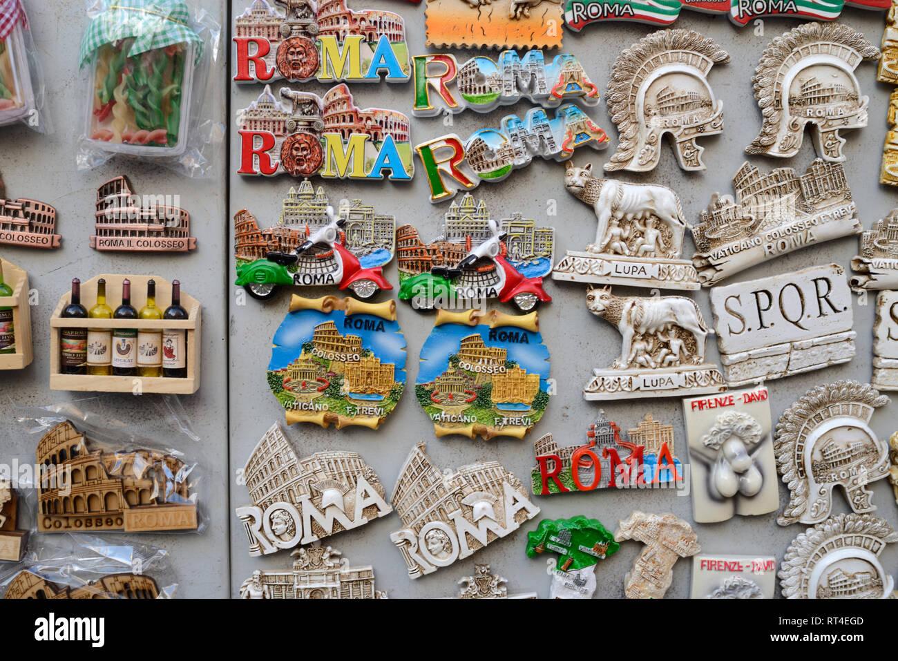 Magneti per il frigo o souvenir di monumenti Romani in vendita nel negozio di articoli da regalo a Roma Italia Immagini Stock