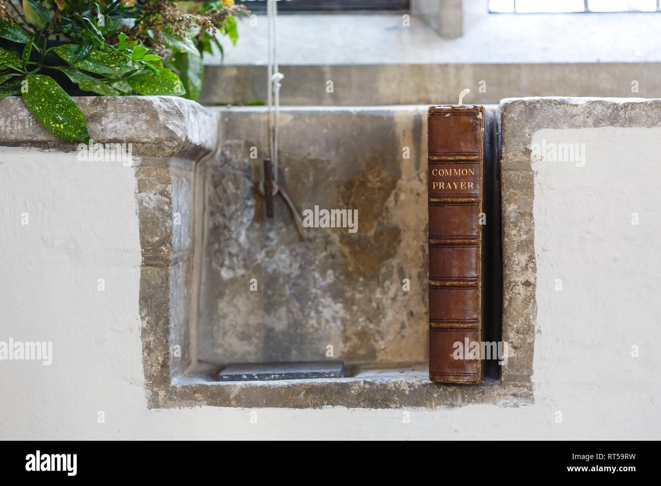 Dettaglio di un antica chiesa di Inghilterra chiesa con un vecchio libro di preghiere. Raffigura il cristianesimo e la religione Immagini Stock