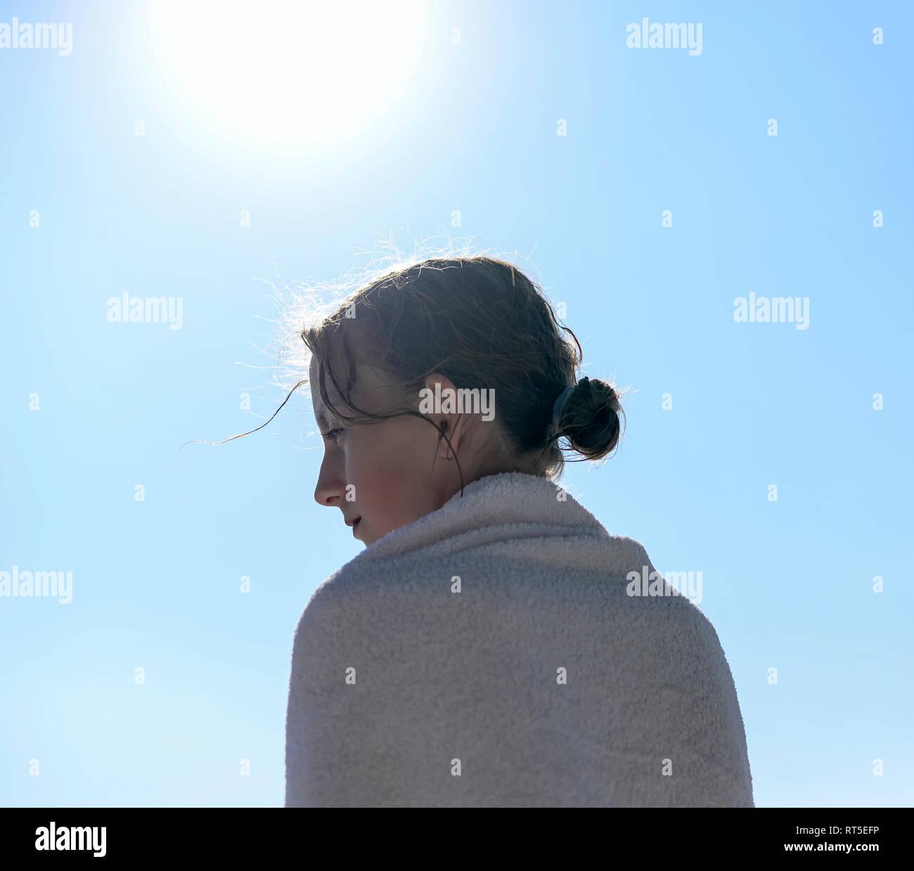 Profilo di ragazza a retroilluminazione avvolto in un asciugamano Foto Stock