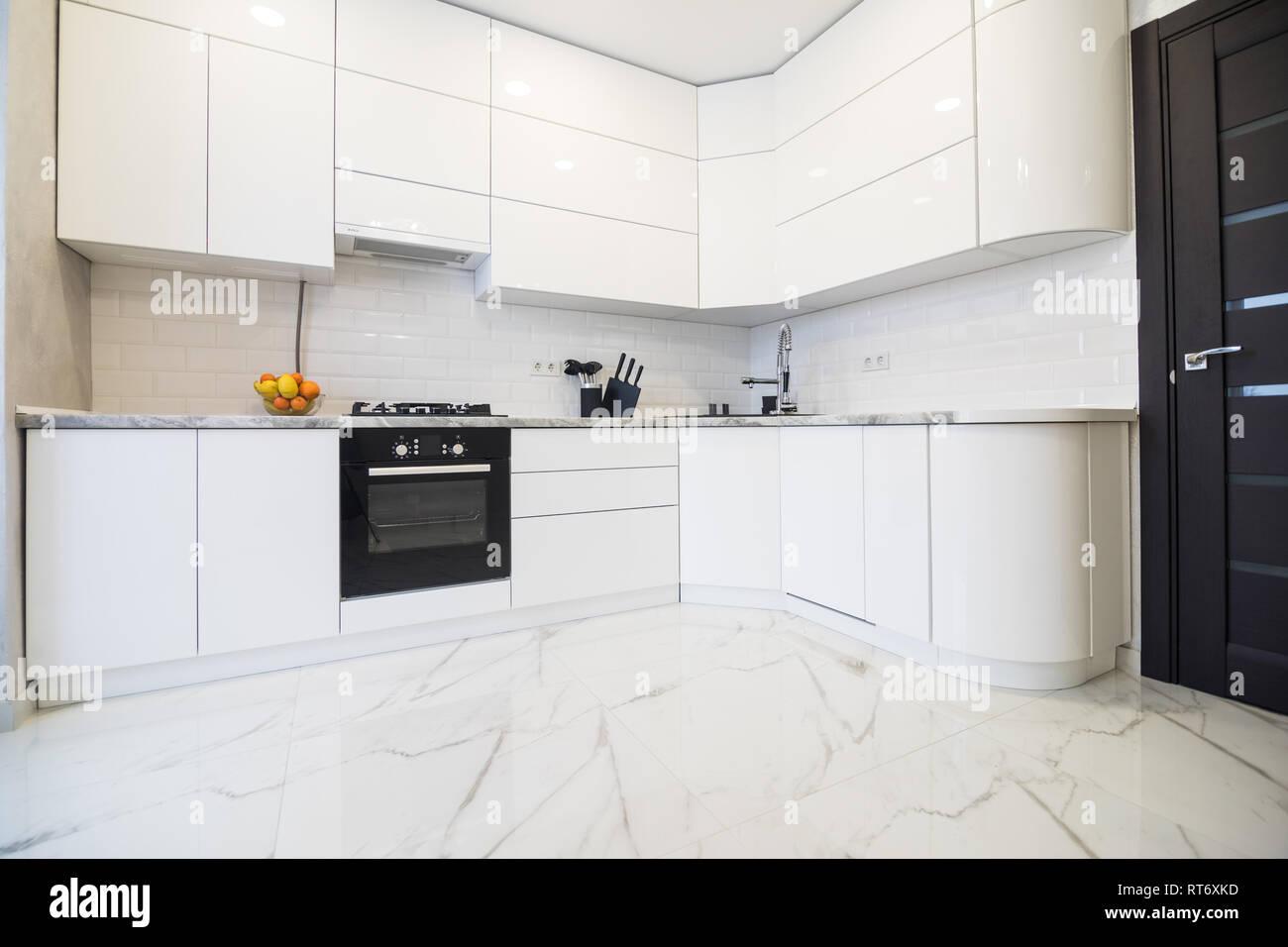 Minimalista, lacca cucina bianca e moderni accessori in ...