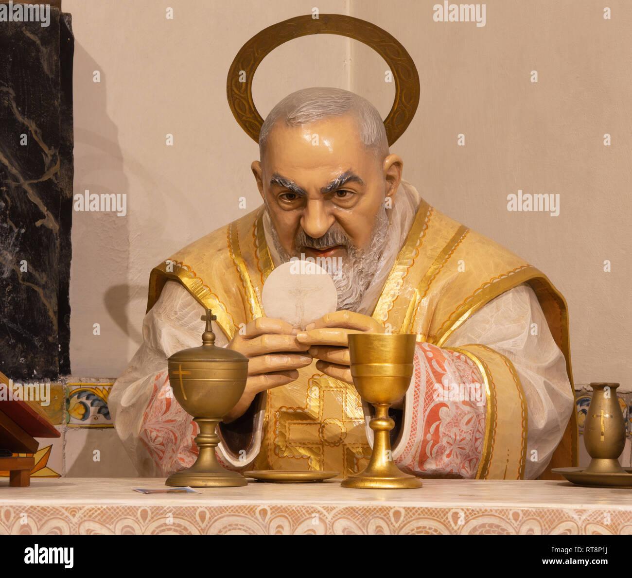 PALMA DE MALLORCA, Spagna - 29 gennaio 2019: Il policromo scolpito la statua di Padre Pio da Pietrelcina alla messa nella chiesa dei Cappuccini. Immagini Stock