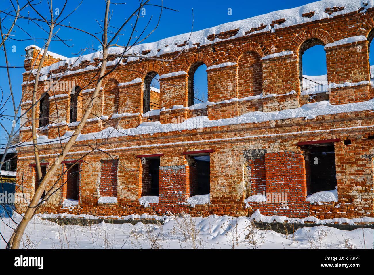 Camini In Mattoni Rossi : I ruderi di un vecchio edificio in mattoni di mattoni rossi. per i