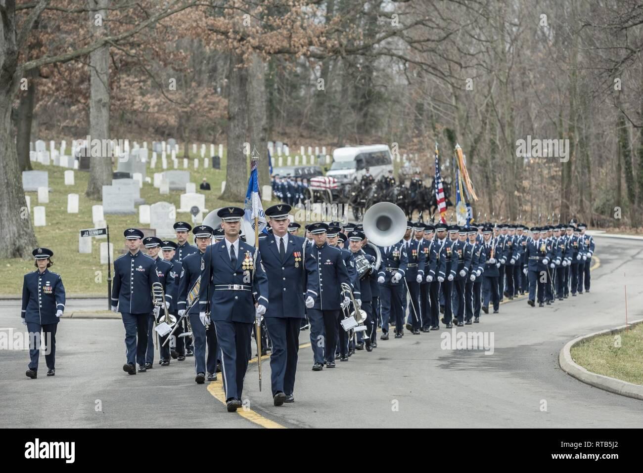 """Gli Stati Uniti Air Force onori Guardia, U.S. Air Force Band cerimoniale di ottone, e il 3D U.S. Reggimento di Fanteria (la vecchia guardia) cassettone plotone militare condotta onoranze funebri con escort PER GLI STATI UNITI Air Force Il Mag. Gen. (Ret.) Marcelite Harris nella sezione 30 di Al Cimitero Nazionale di Arlington Arlington, Virginia, Febbraio 7, 2019. In 1965, Harris è stato commissione attraverso Officer Training School at Lackland Air Force Base in Texas. Ha svolto una serie di incarichi in seguito, che ha portato in molti """"primati"""" per le femmine e donne di colore in forza dell'aria. Harris è stato il primo aereo femmina maintena Immagini Stock"""