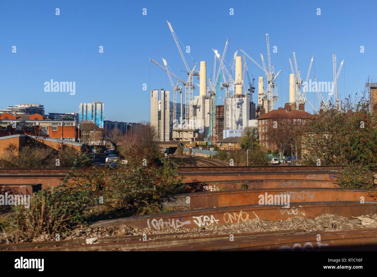 White gru a torre circondano l'iconico smantellata Battersea Power Station essendo ristrutturato per impieghi misti e di alta classe appartamenti di lusso Immagini Stock