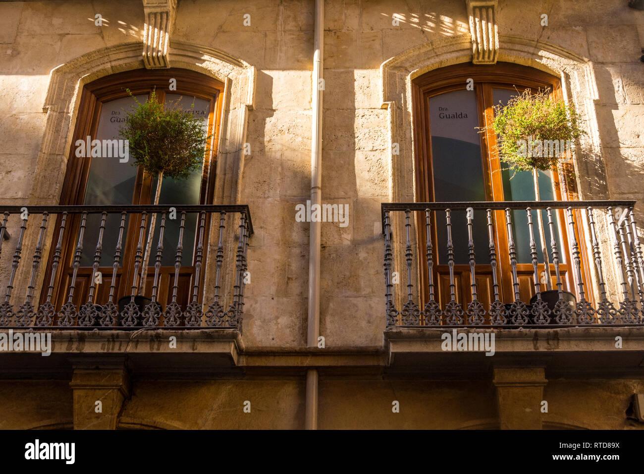 Due grandi finestre con balconi in ferro battuto. Immagini Stock
