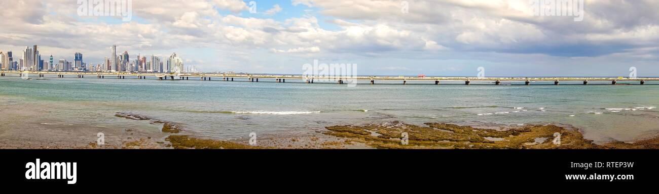 Ampia panoramica vista del paesaggio della città di Panama Skyline e la circonvallazione costiera Cinta Costera viadotto di Marina Bay ponte stradale Immagini Stock