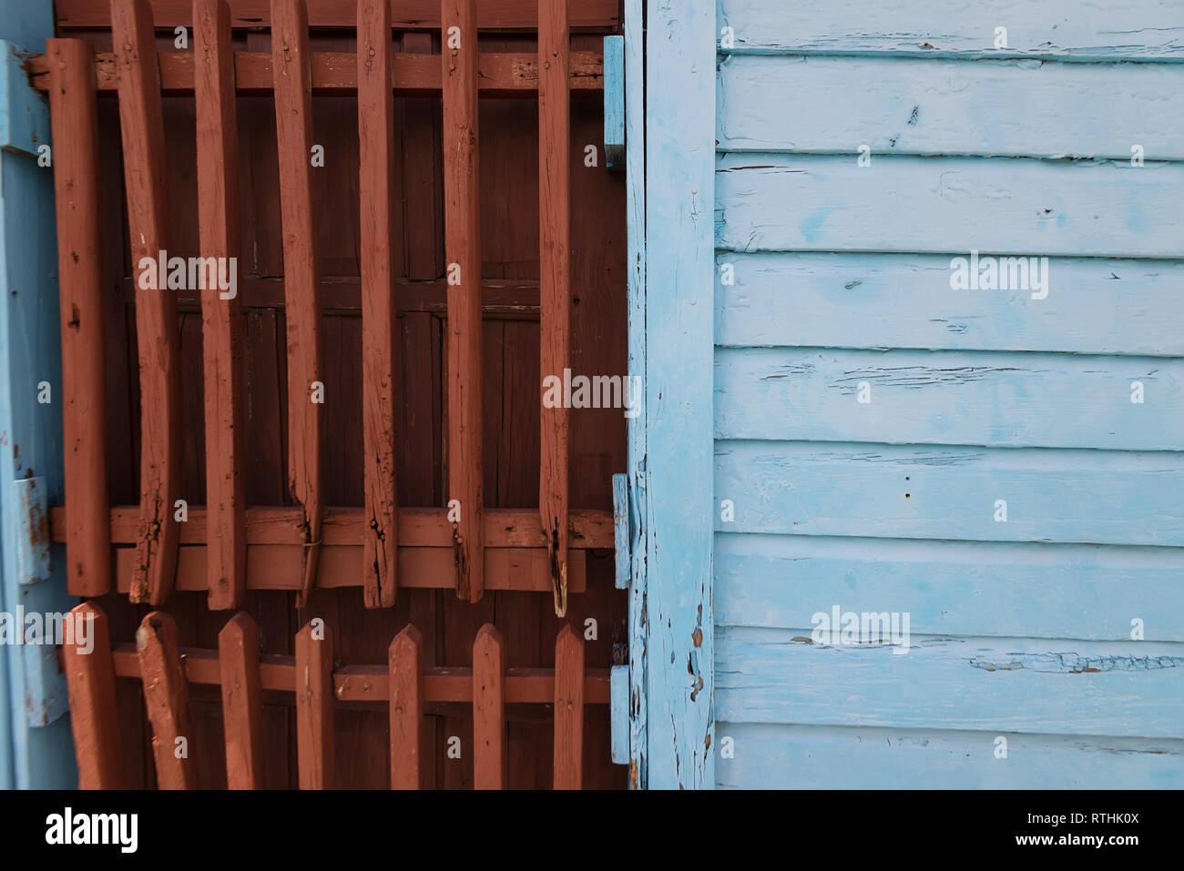 Persiane In Legno A Pacchetto : Chiudere fino vecchio weathered persiane di legno al di fuori foto