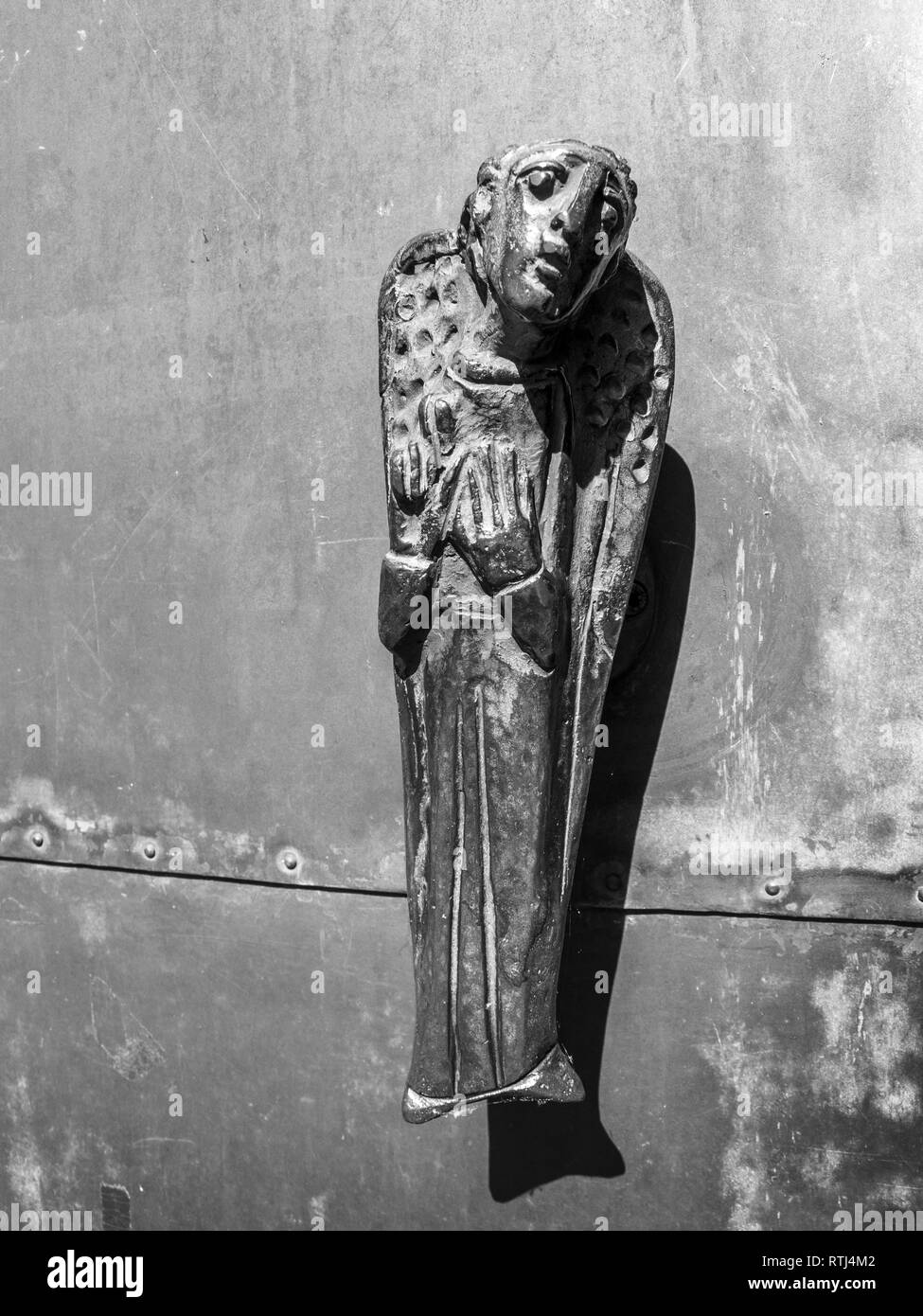 218a5703fee La manopola dello sportello nella forma di un angelo, porta di ingresso  della chiesa di