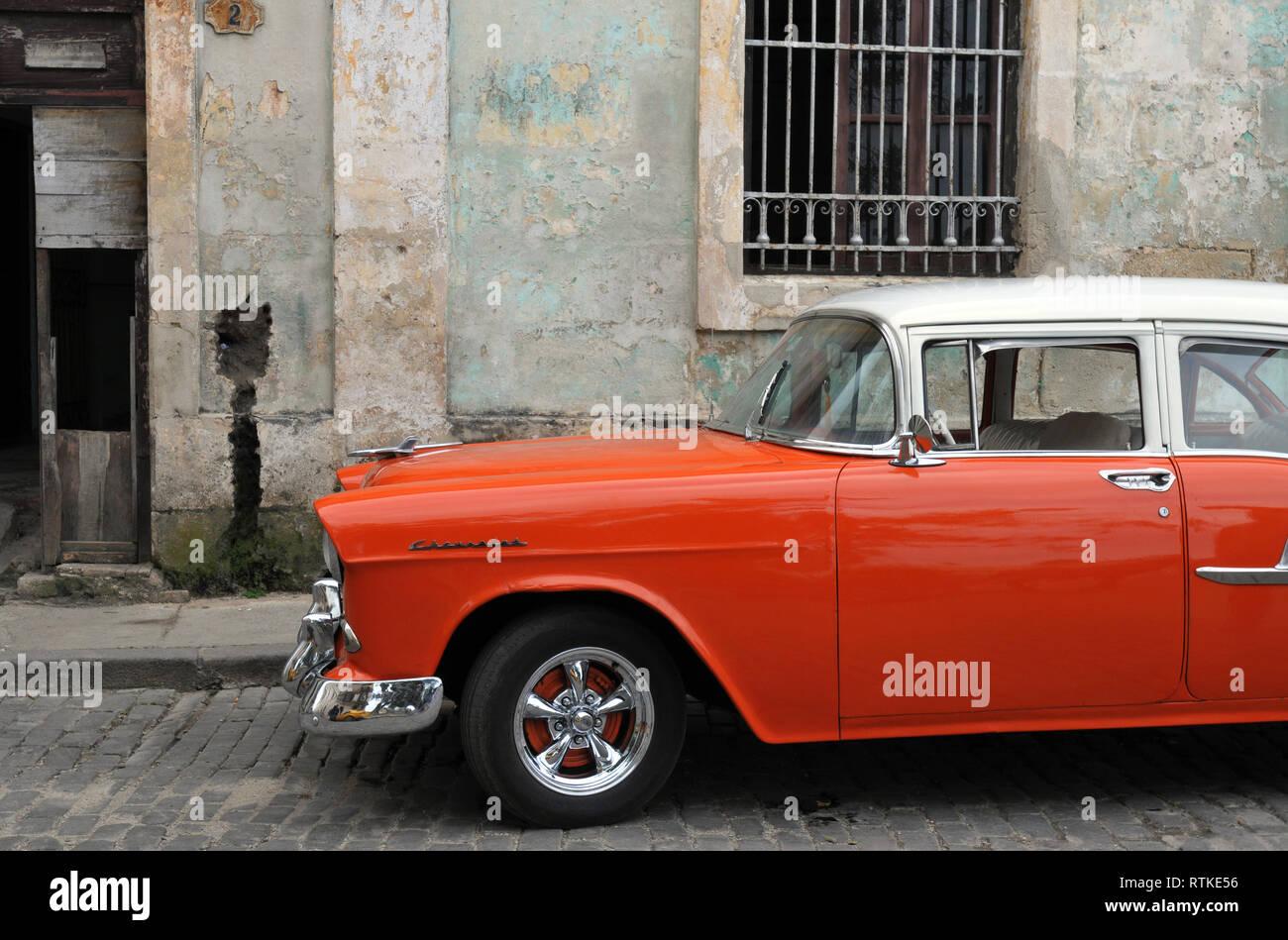 b32d4160b Un classico, restaurato Chevrolet automobile parcheggiata si siede nella  Vecchia Havana, Cuba, in