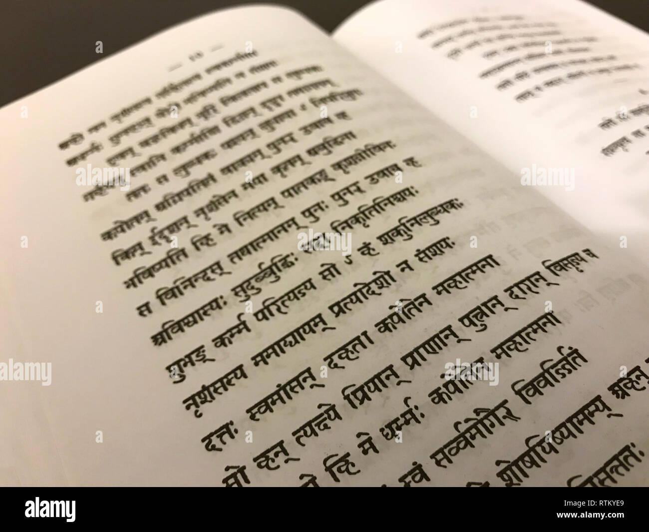 Un antico testo buddista in sanscrito incisa in un libro a Swayambhunath Immagini Stock