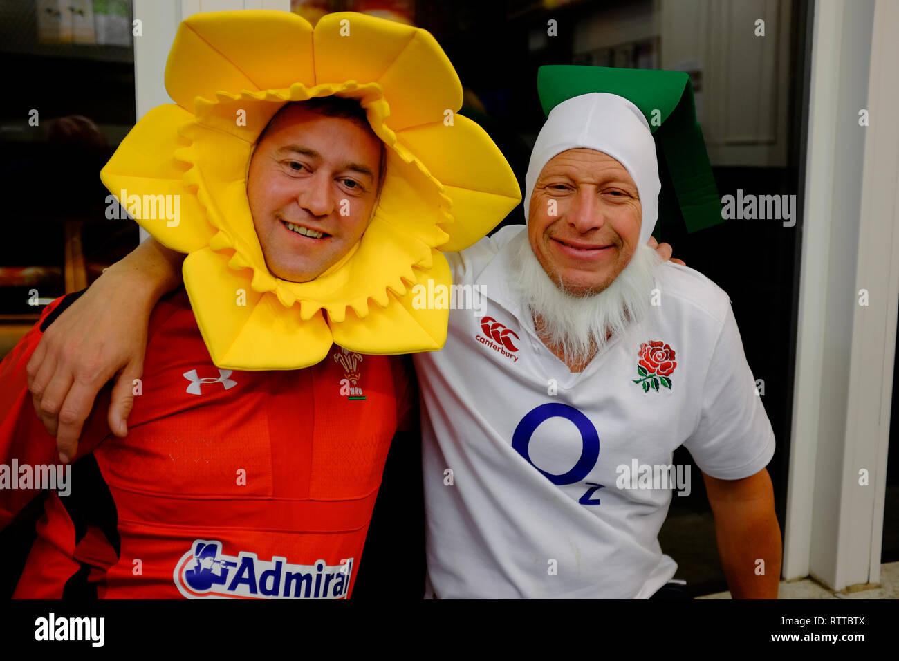 Inghilterra, Galles,Rugby,sostenitori,a,da asporto,,kebab shop, vestito,As,daffodil, fancy,abito, Immagini Stock